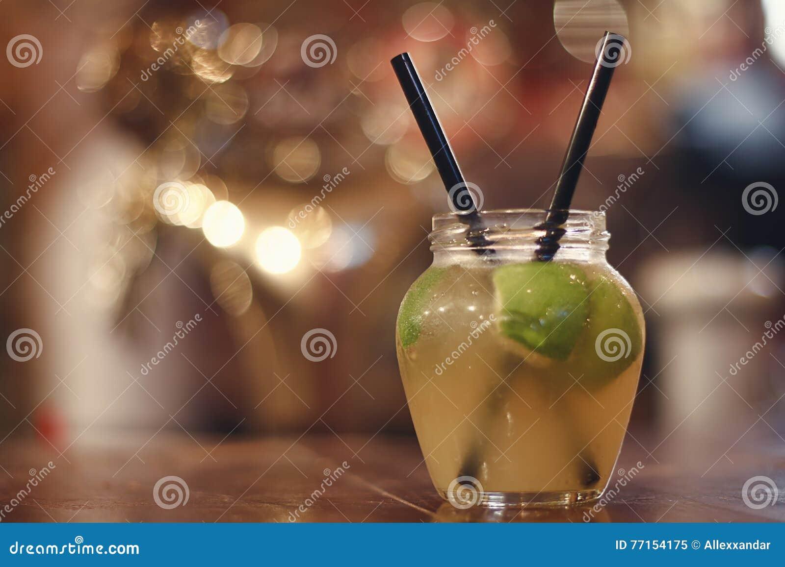 Cocktail vert d alcool de fruit de pomme Cocktail froid de fraîcheur avec la pomme, la glace et la chaux vertes