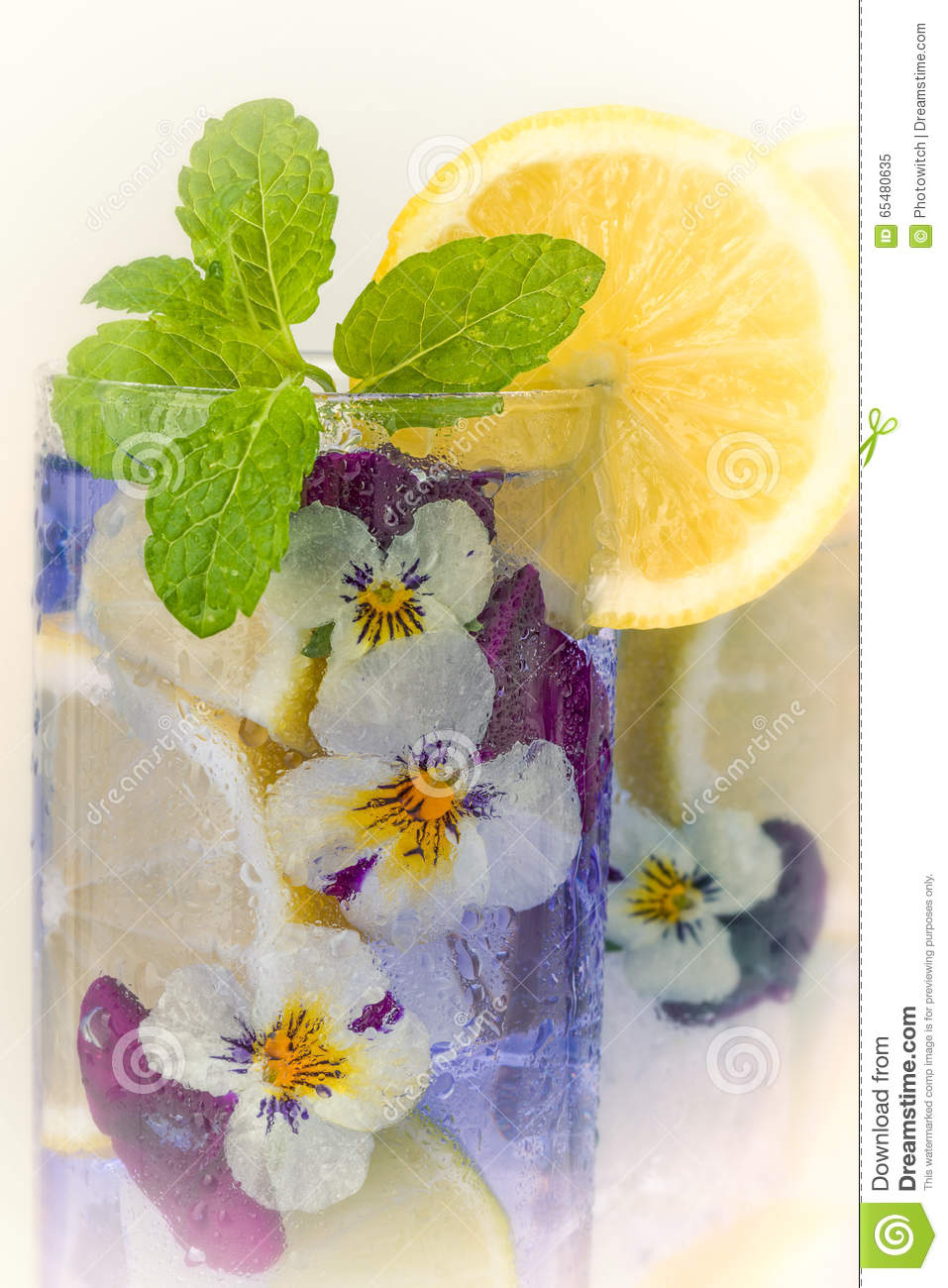 Cocktail viola con i fiori commestibili immagine stock for Fiori con la u