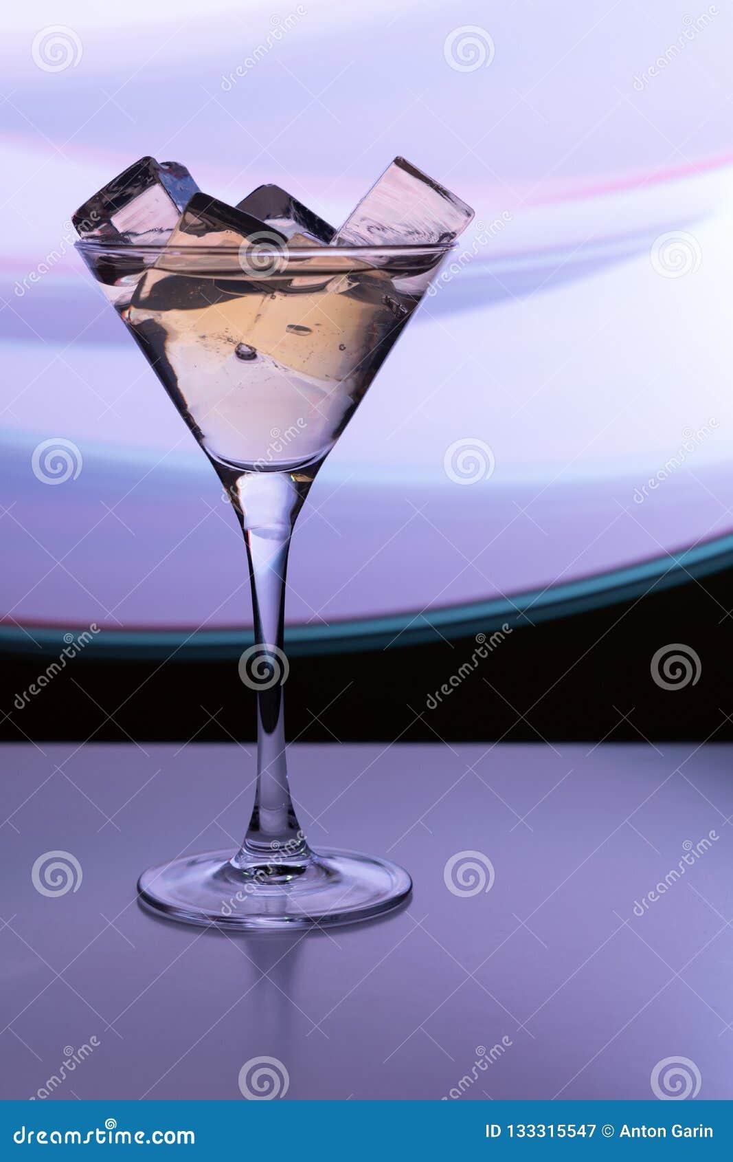 Cocktailglas met een drank en ijsblokjes