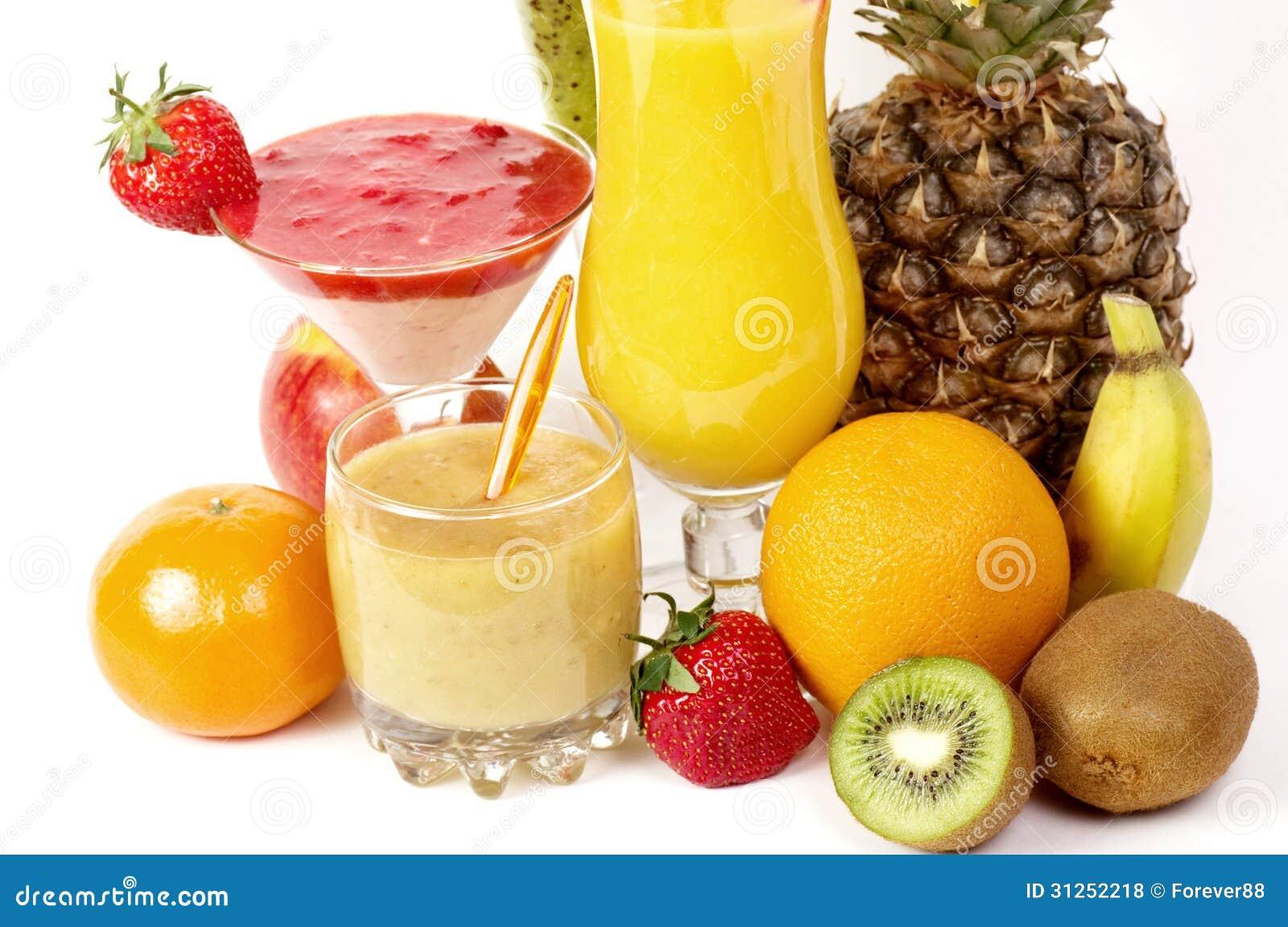 Cocktails de jus de fruit frais avec la vitamine dans un for Cocktail jus de fruit