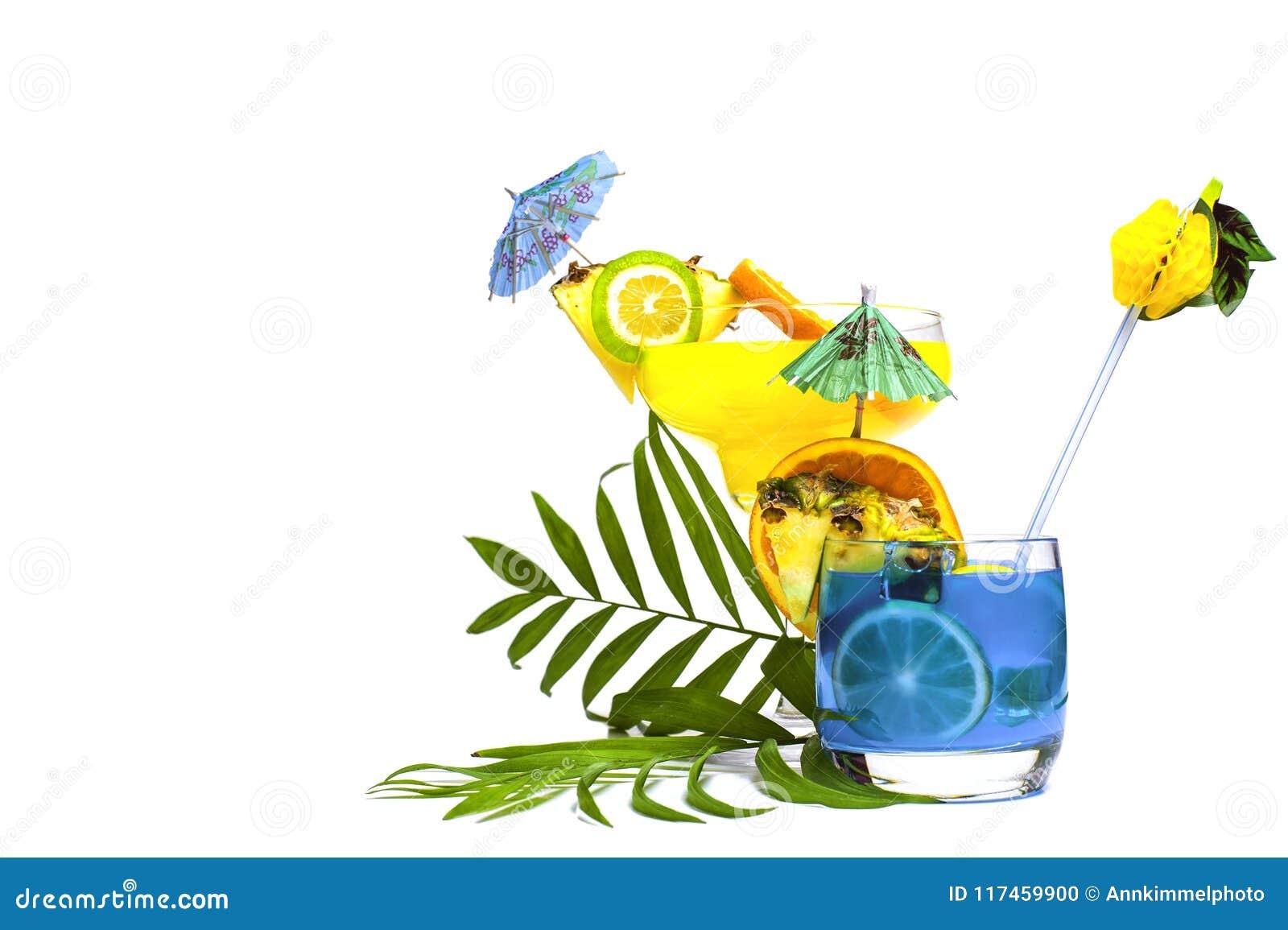 Cocktails jaunes et bleus colorés d été décorés du tropica