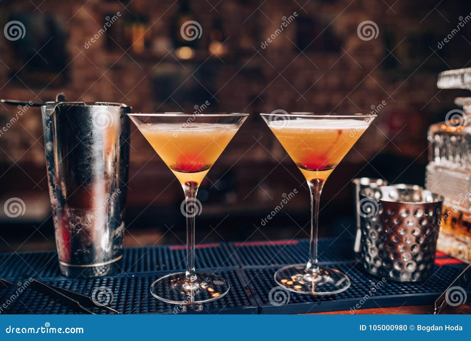 Cocktails parfaits de Manhattan, boissons alcoolisées Boissons alcoolisées fraîches sur le compteur de barre