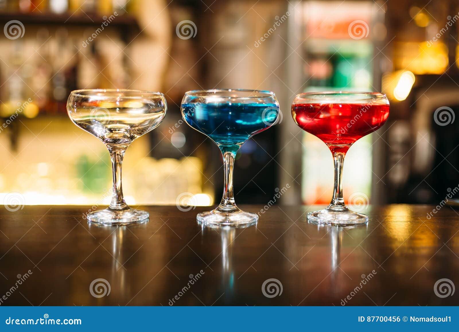 Cocktails sur le plan rapproché en bois de compteur de barre