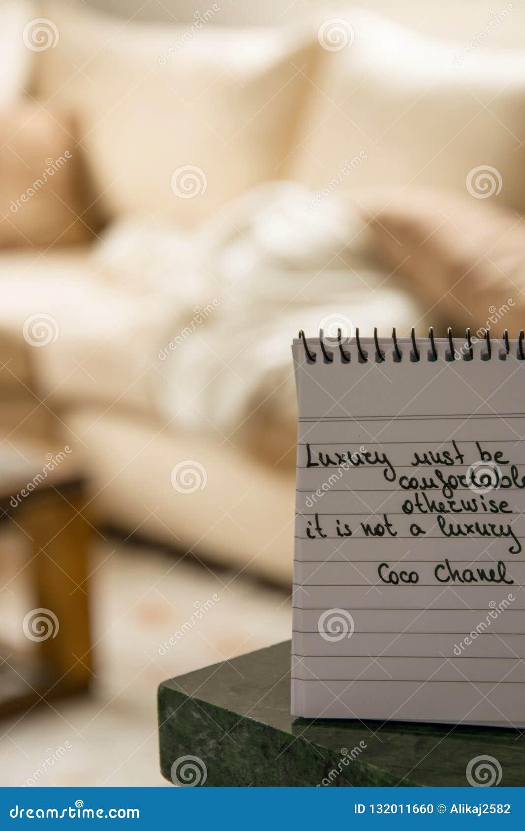 Coco Chanel cite écrit sur une note de bloc
