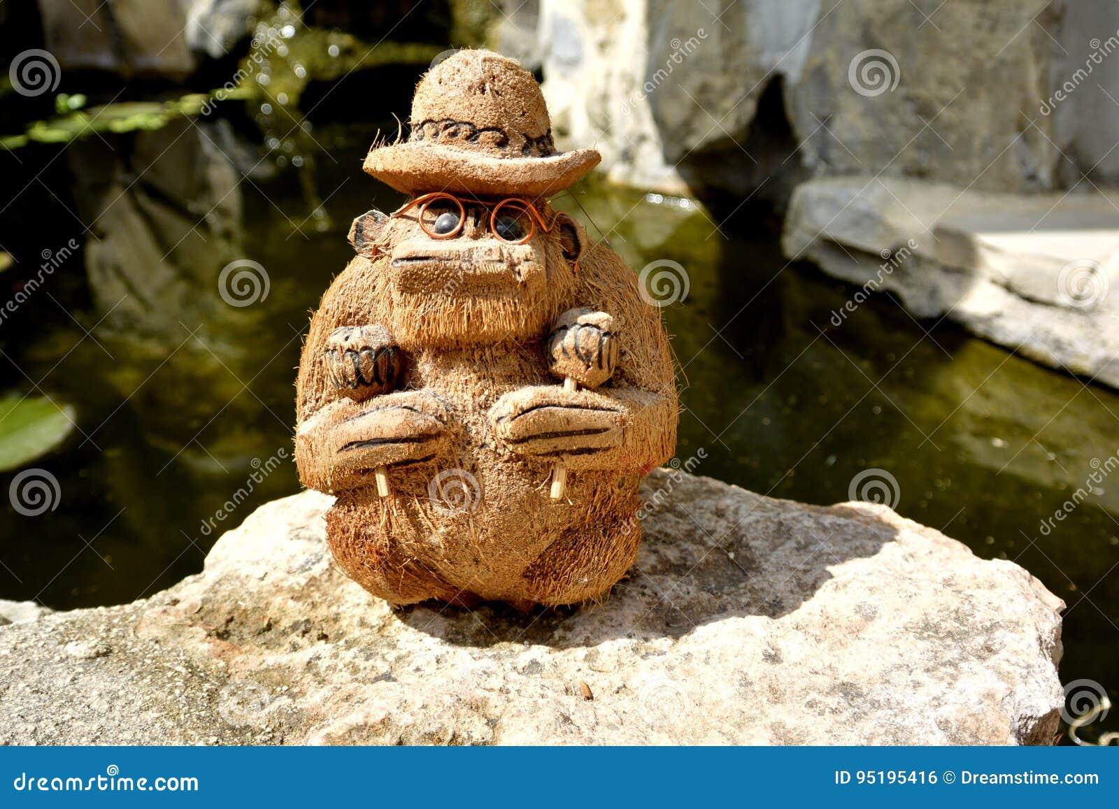 Coco małpa z rumba potrząsaczami maraskino