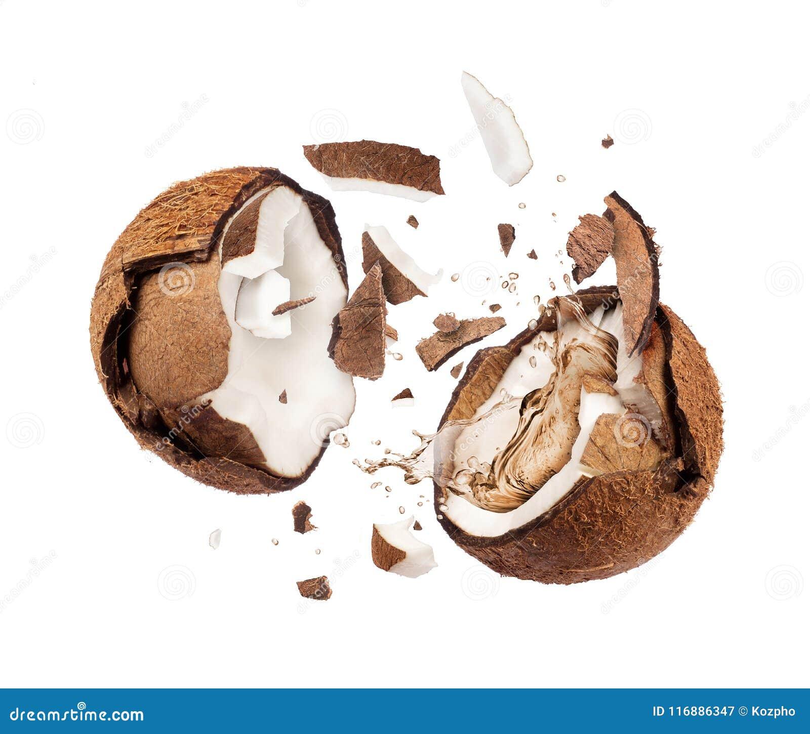 Coco roto en el aire en dos mitades