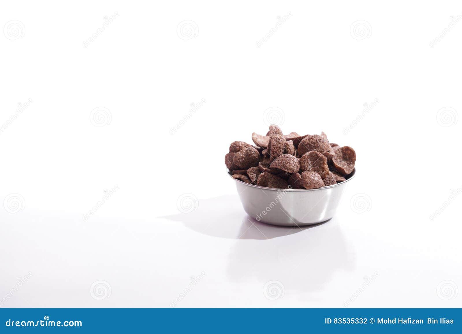 Coco serial w stalowym pucharze nad białym tłem