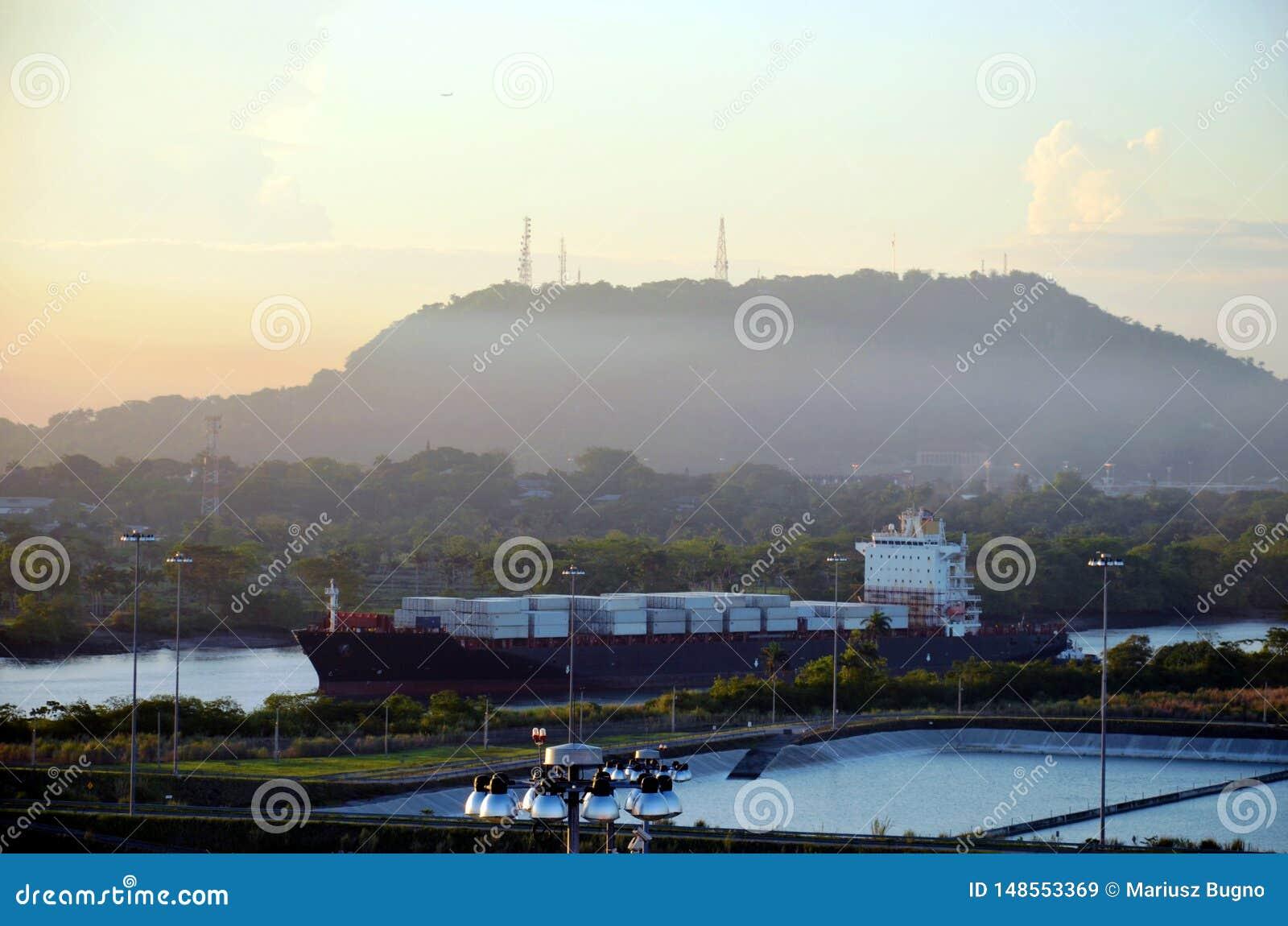 Cocoli trava a paisagem, canal do Panam?