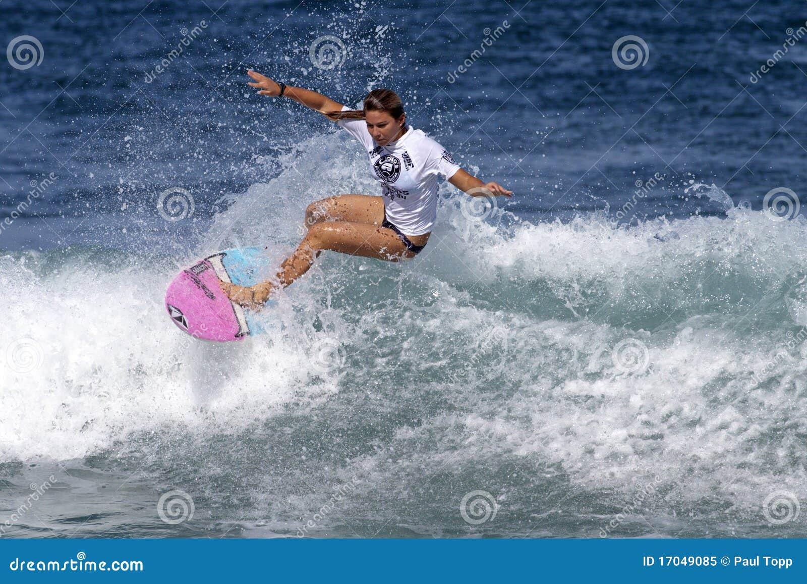 Cocos Ho surfant dans Haleiwa Hawaï