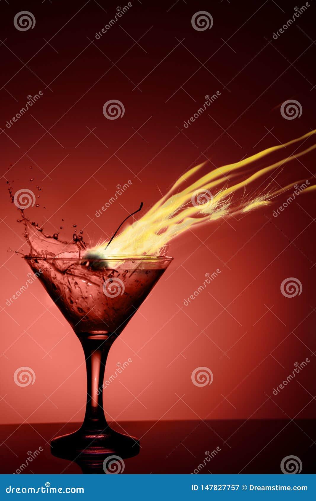 Coctail alcoólico com uma chama e um respingo no fundo vermelho