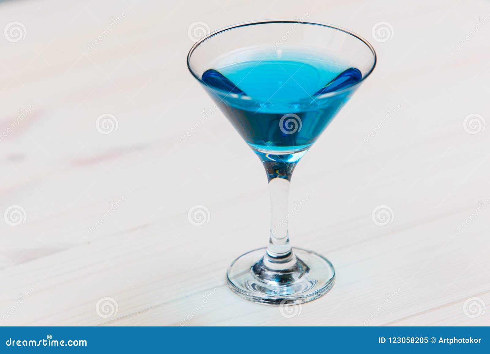 Coctail bleu de lagune sur le macro de conseil blanc