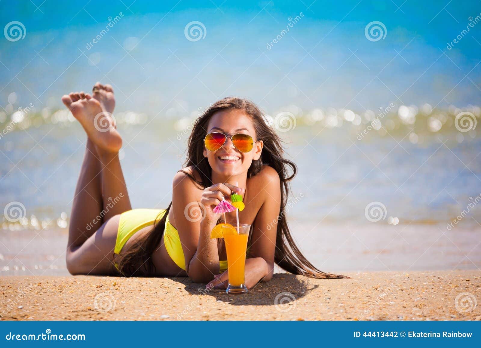 Coctail för drink för baddräkt för brunettkvinnaguling