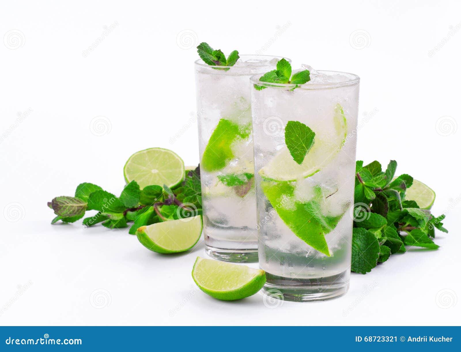 Coctail för mojito två med limefrukt och mintkaramellen