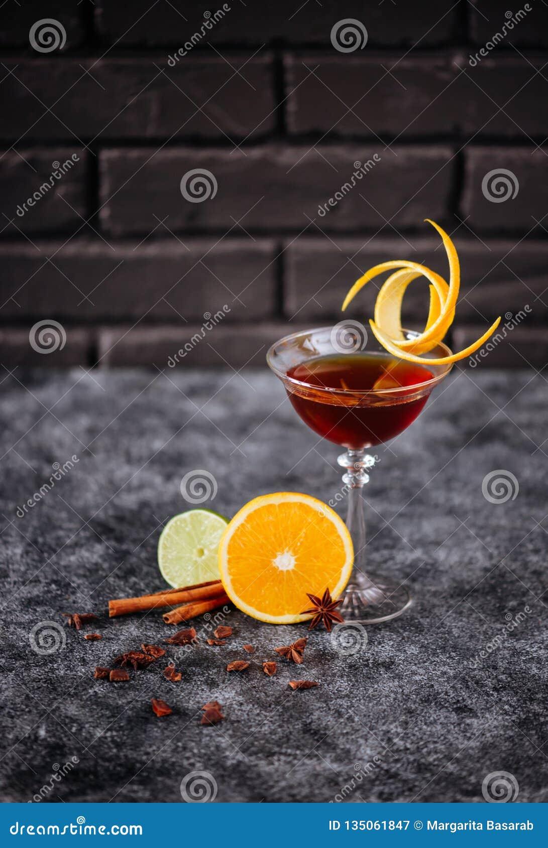 Coctail frutado natural no vidro em uma tabela