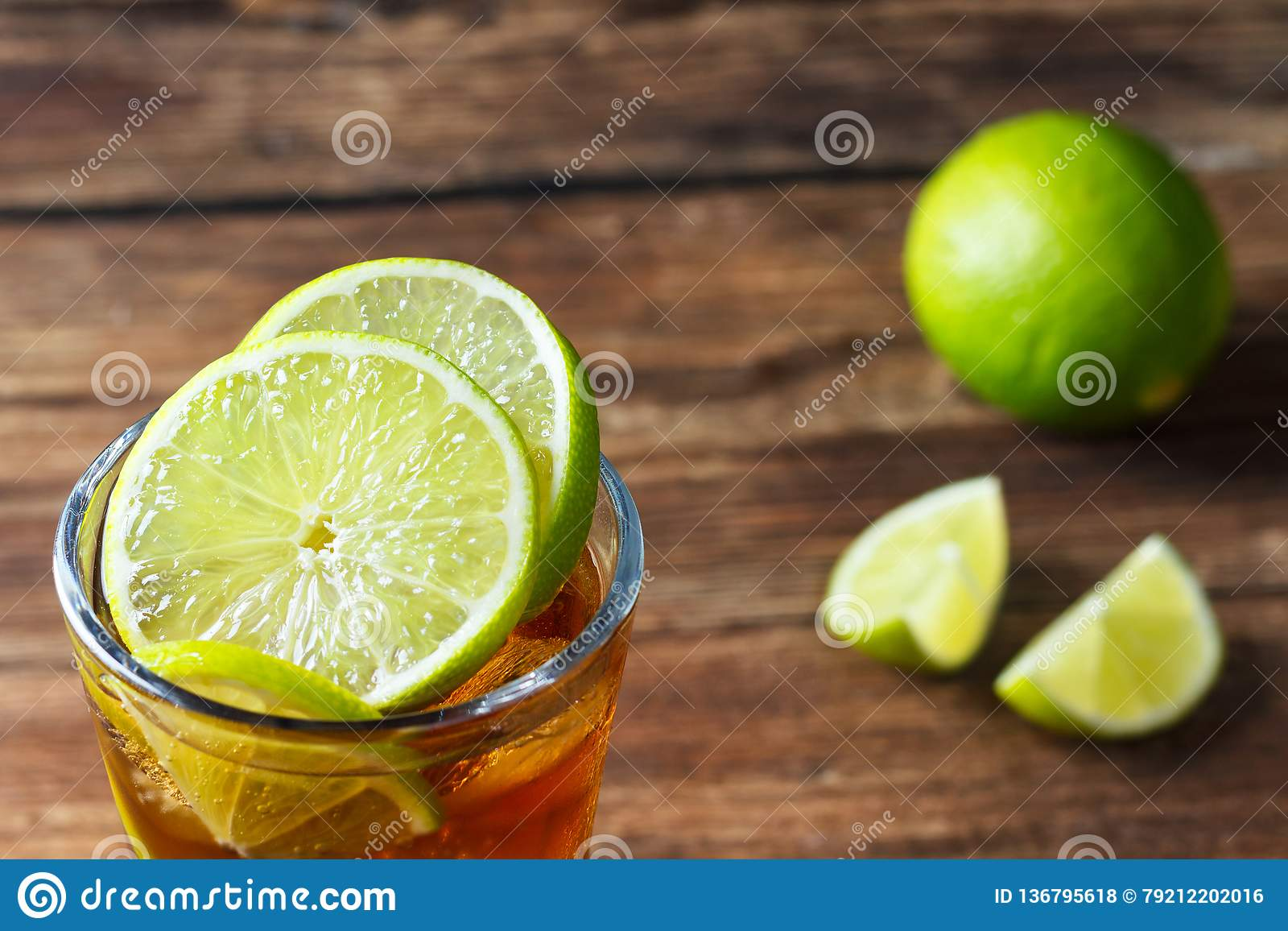 Coctail med cola och limefrukt