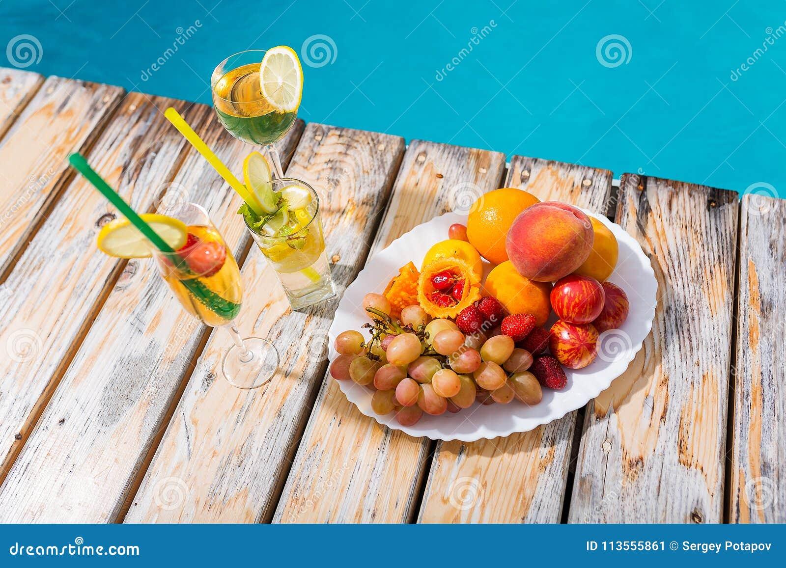 Coctailar och frukter vid pölen