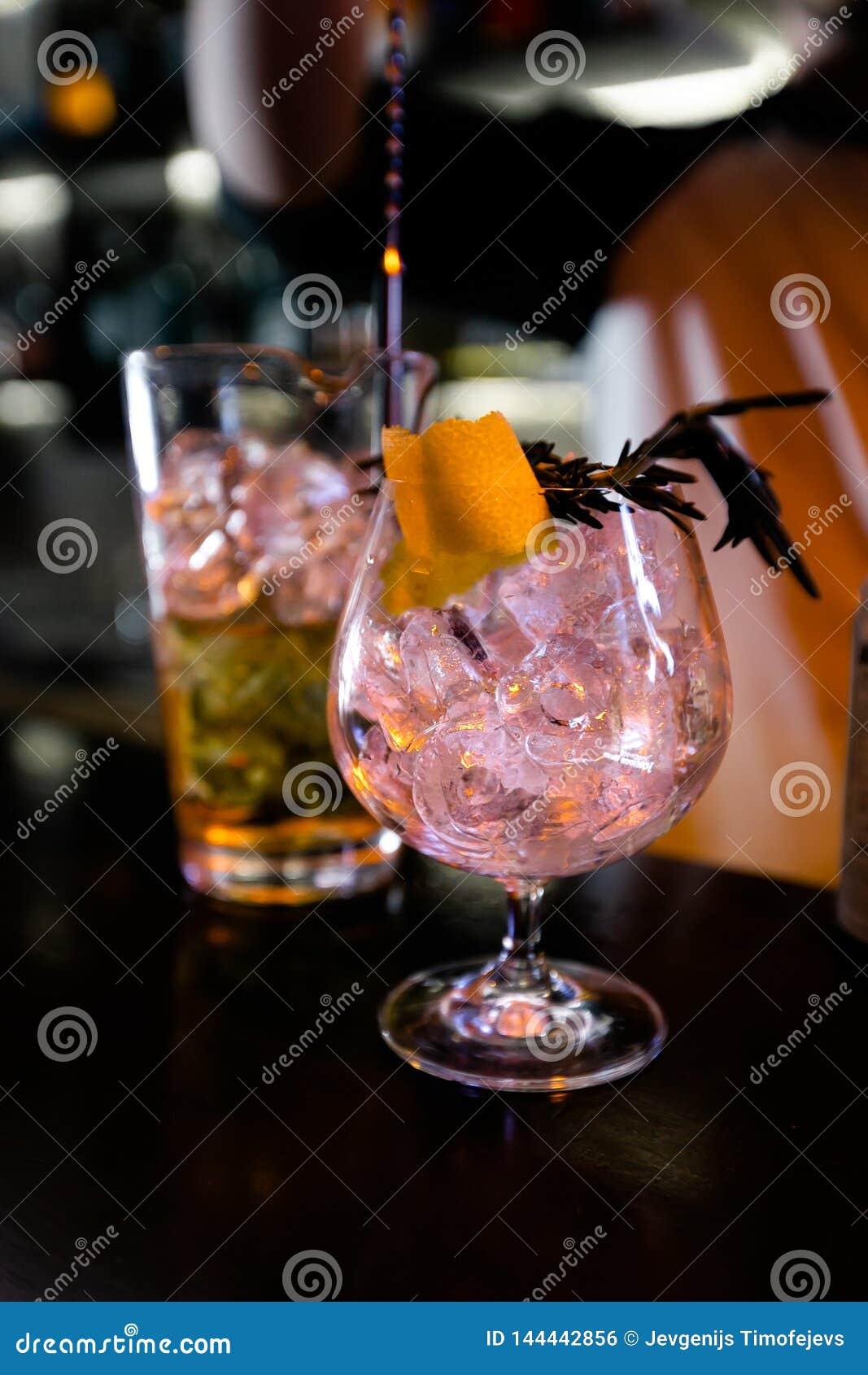 Coctailar vid bartendrar i en nattklubb - bartenderexpertis visas