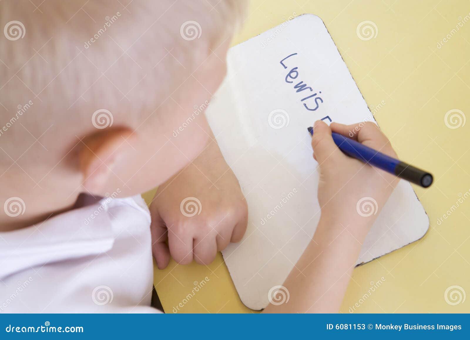 Codice categoria del ragazzo che impara primario nome per scrivere