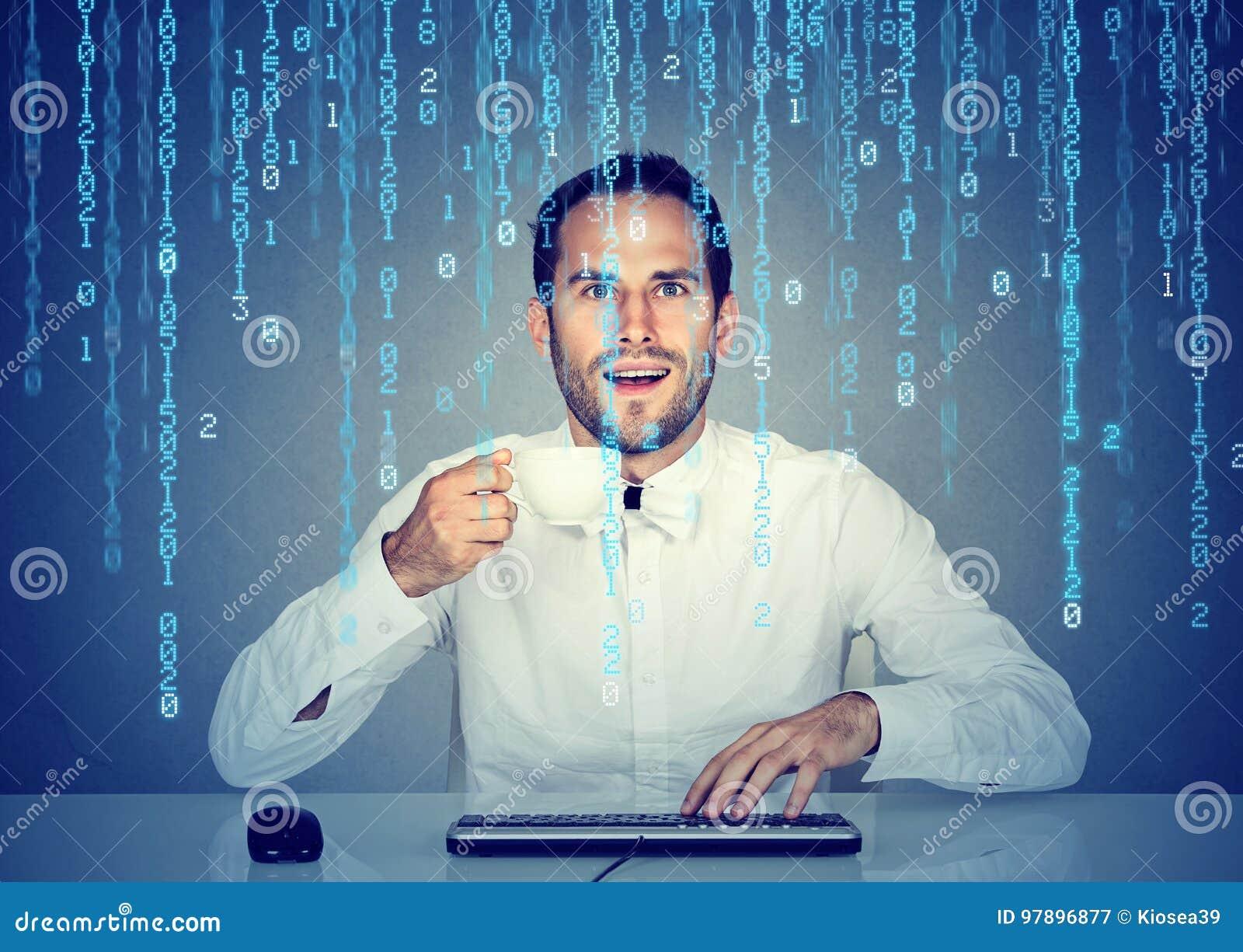 Codificación sorprendente de la Software Engineer del hombre usando un ordenador y una tenencia a la taza de café