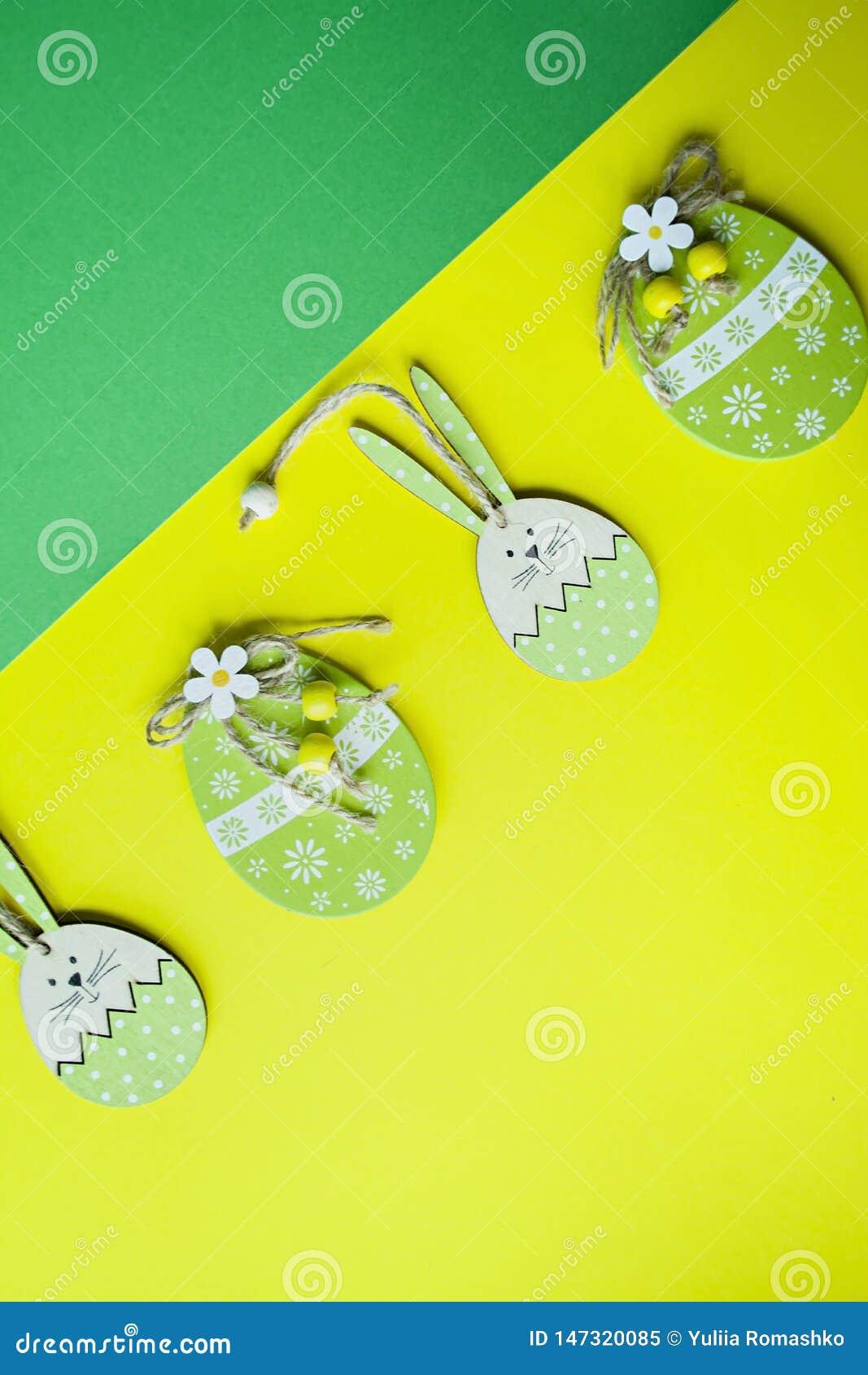 Coelhinho da P?scoa e ovos da p?scoa em um fundo amarelo Vista de acima copie o espa?o, espa?o para o texto
