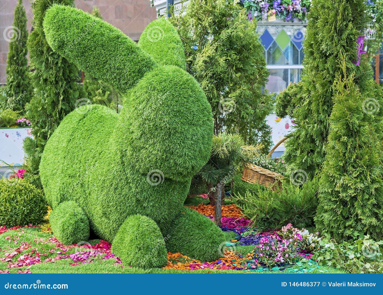 Coelhinho da Páscoa feito da grama verde usando a técnica do topiary