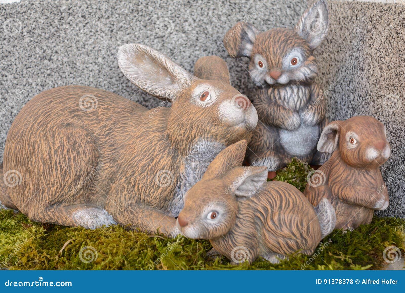 Coelhinho da Páscoa pintado à mão no musgo