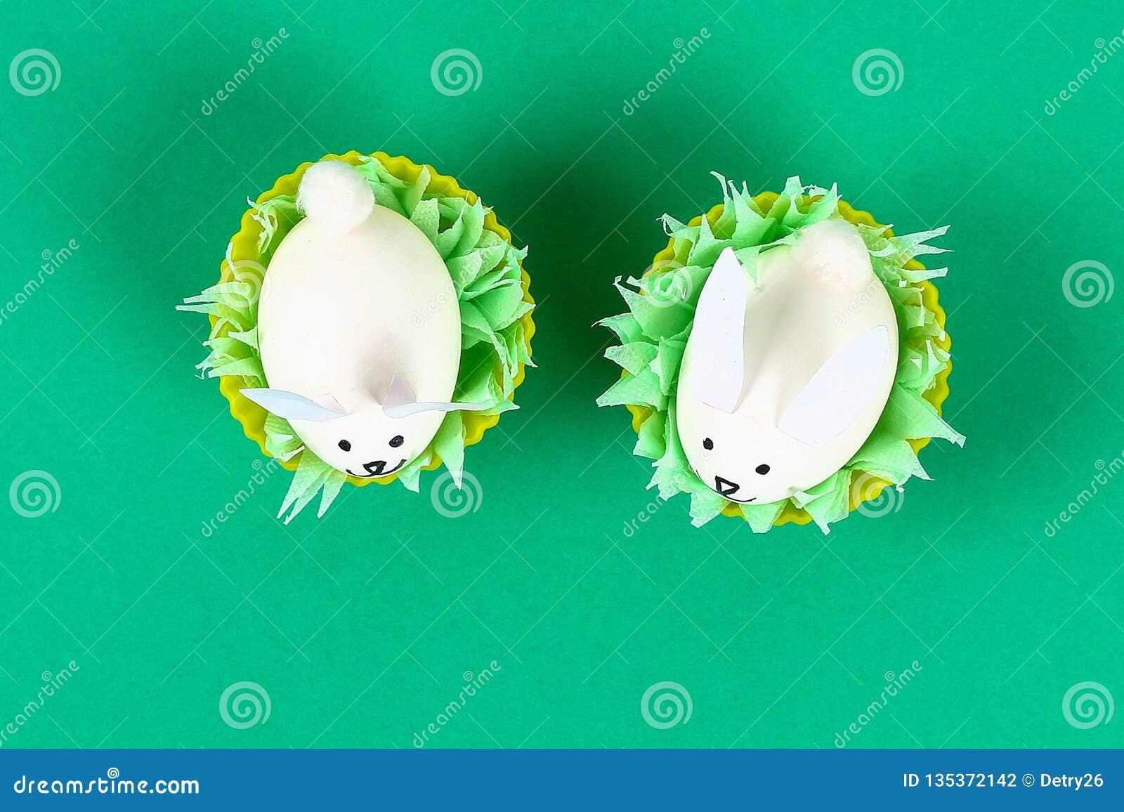 Coelho de Diy dos ovos para a Páscoa