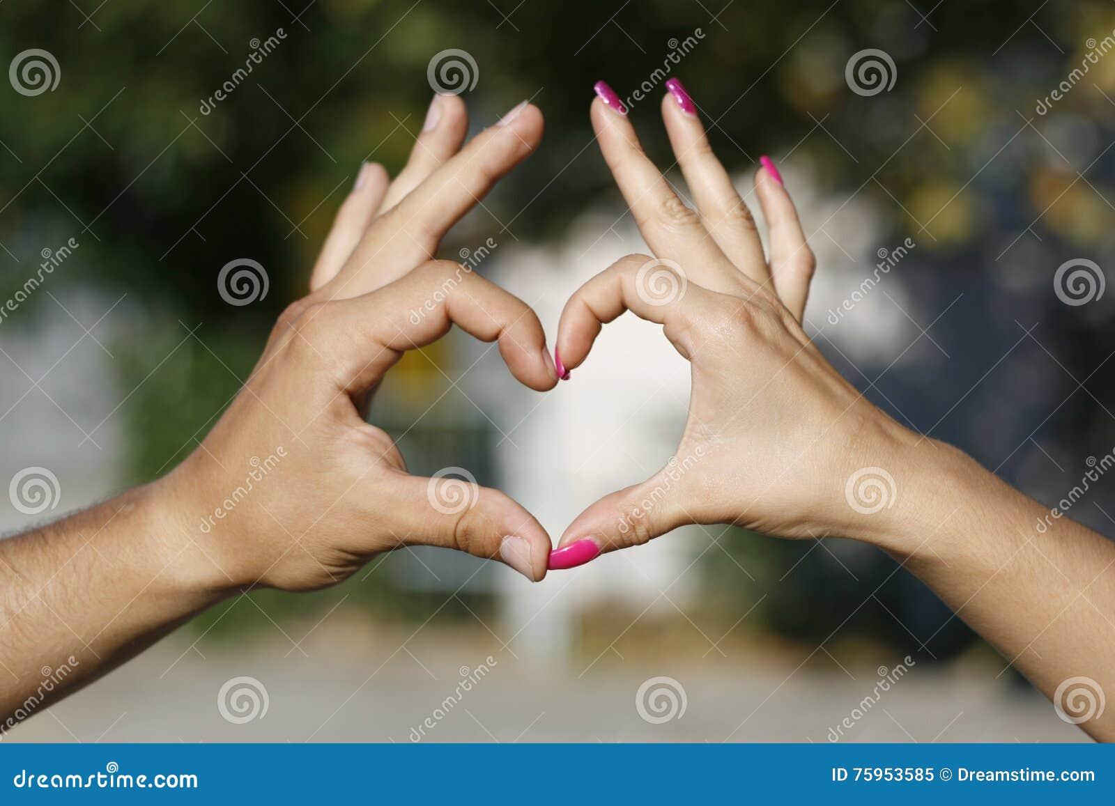 Coeur à ailes à la main