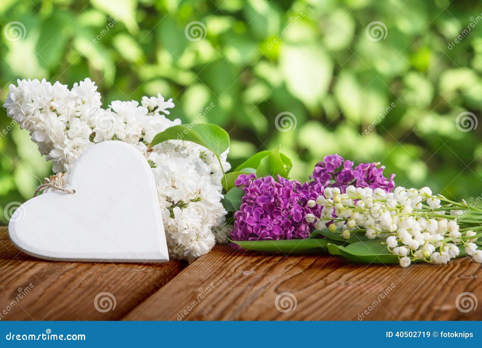 Coeur contre le muguet et le lilas image stock image du for Bouquet de fleurs coeur