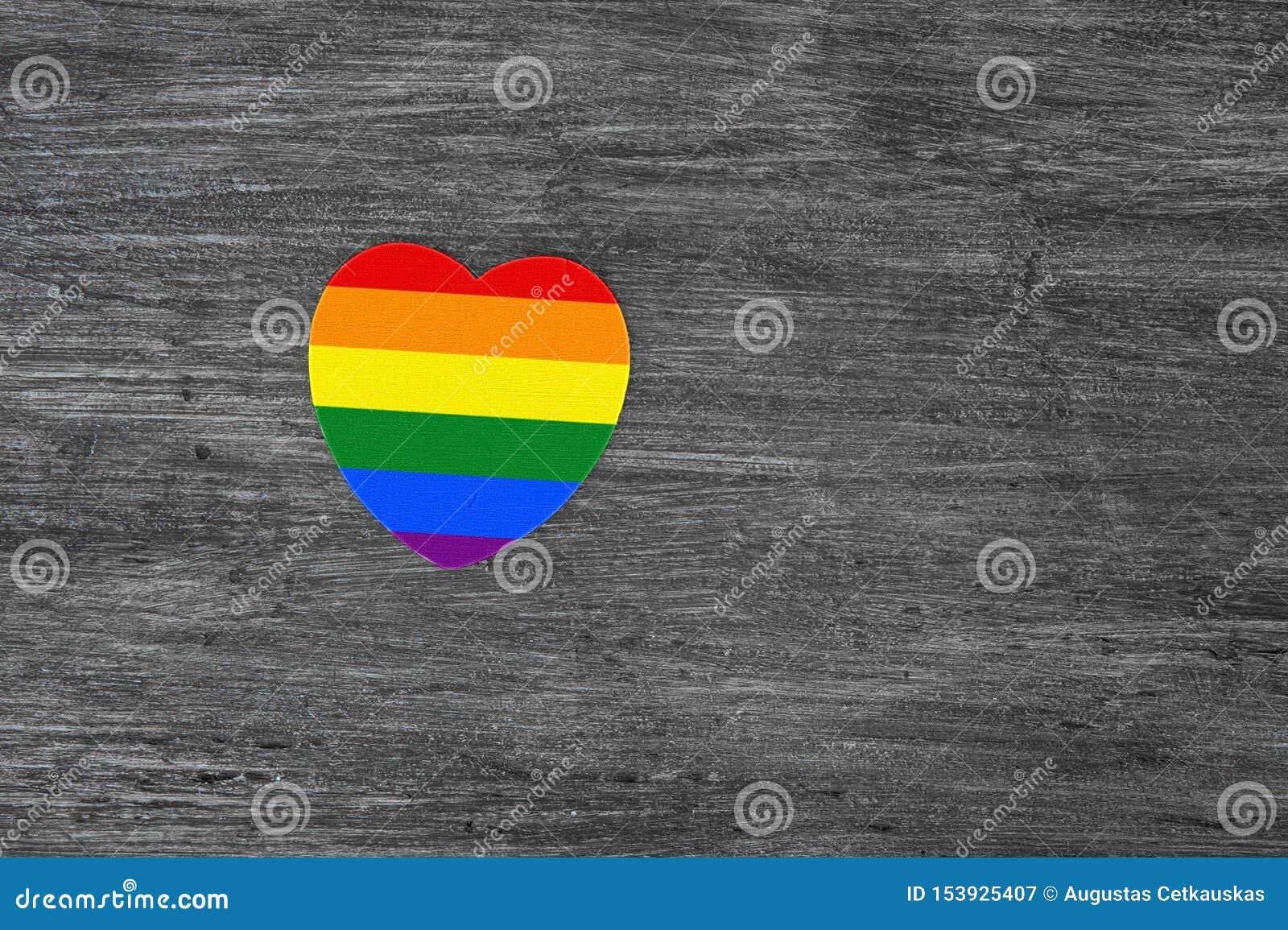 Coeur décoratif avec des rayures d arc-en-ciel sur le fond en bois gris Drapeau de fierté de LGBT, symbole de lesbien, gai, bisex