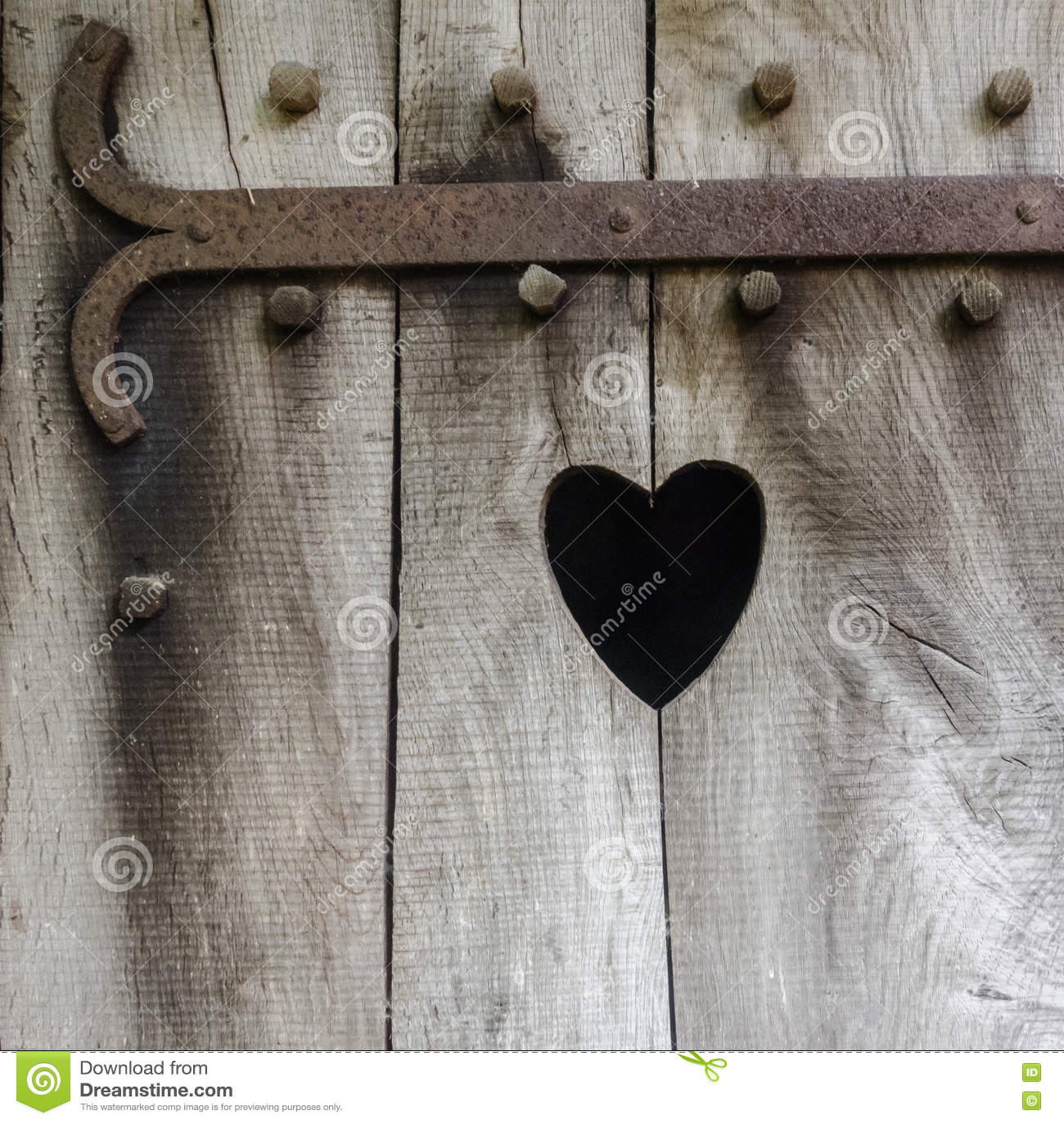Coeur découpé en bois