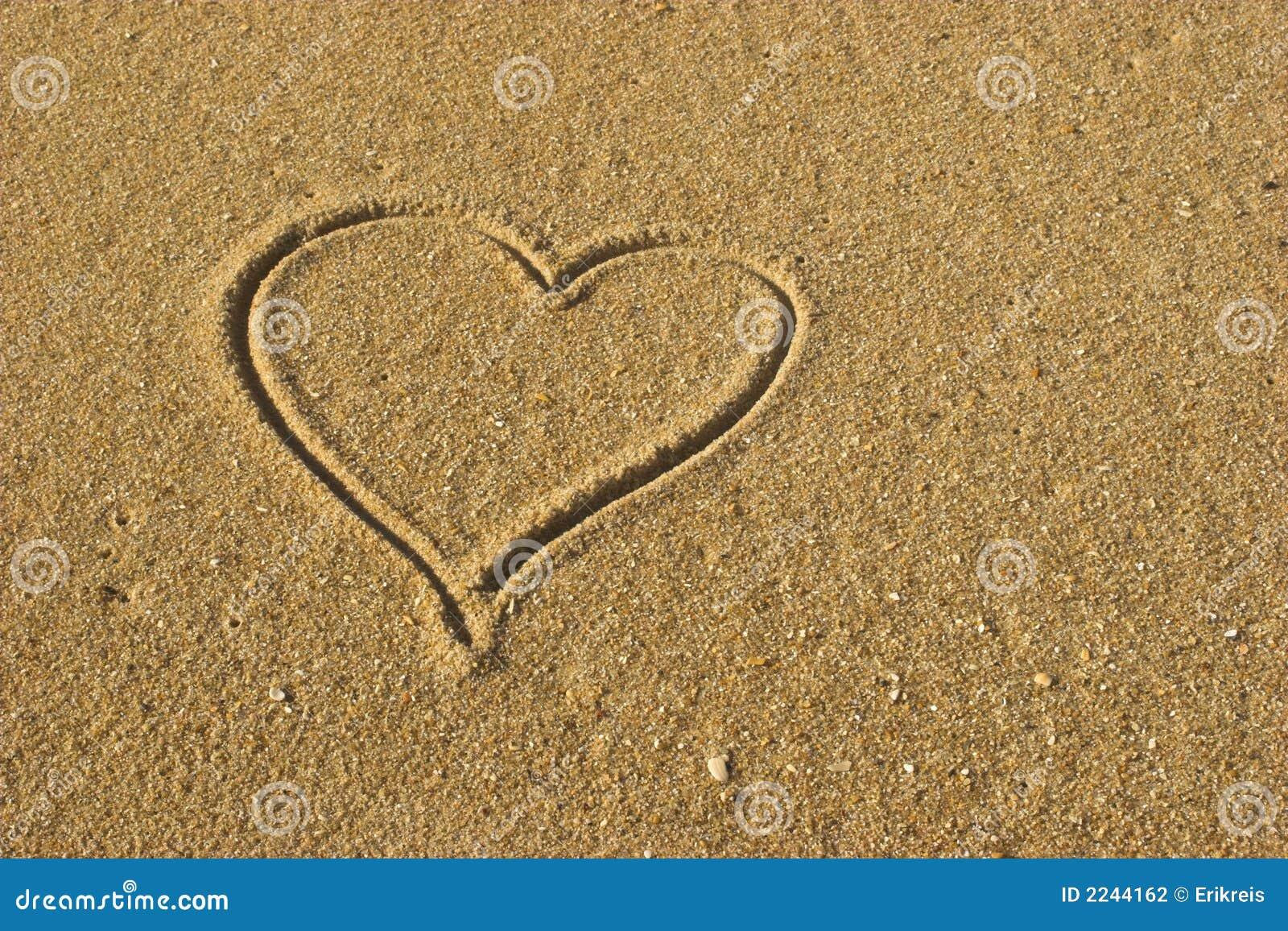 Coeur d 39 amour sur le sable photo stock image du sable 2244162 - Ceour d amour ...