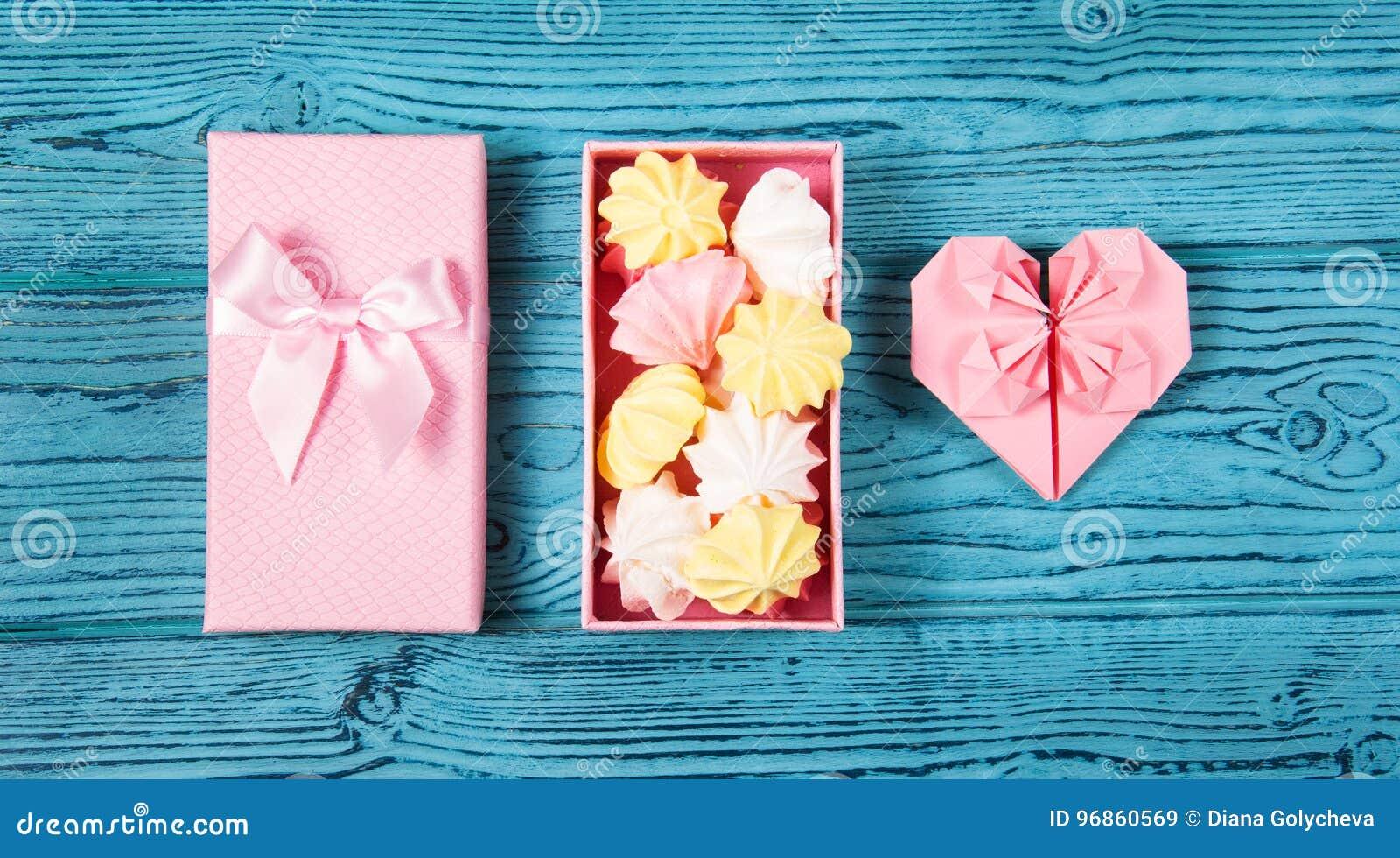 coeur d'origami et une boîte de guimauves merengue d'air et coeur de