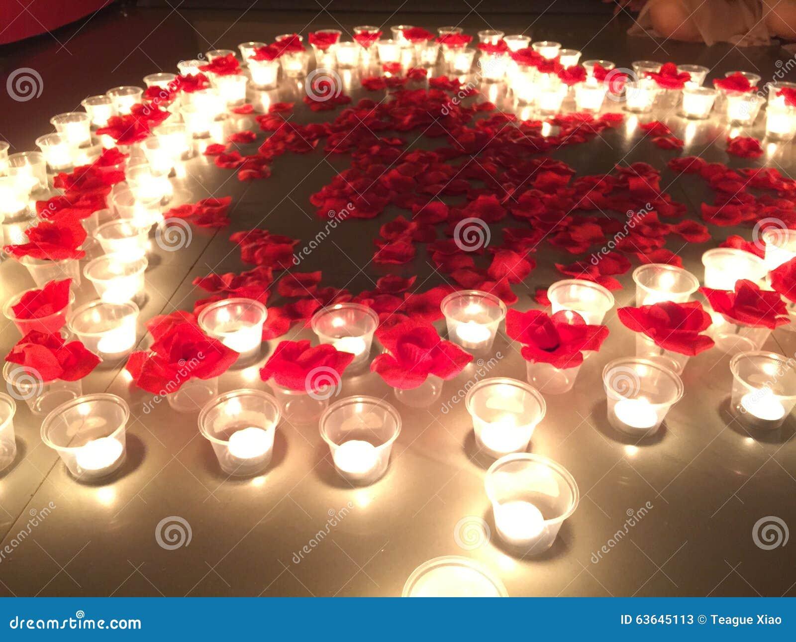 Coeur De Petale De Rose Avec La Bougie La Nuit Image Stock Image