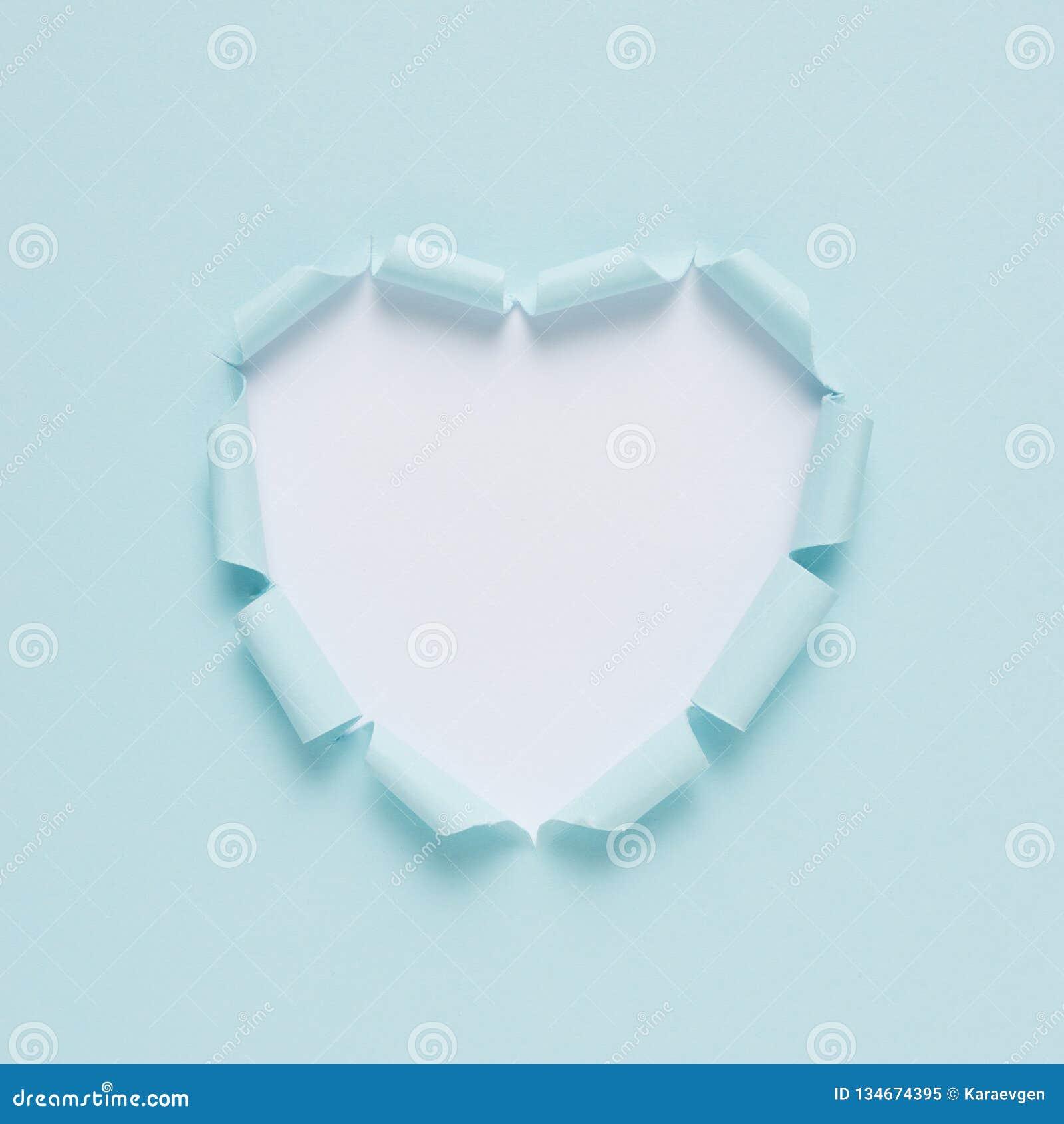 Coeur de papier déchiré vif sur le fond lumineux Amour minimal ou comme le concept Configuration plate
