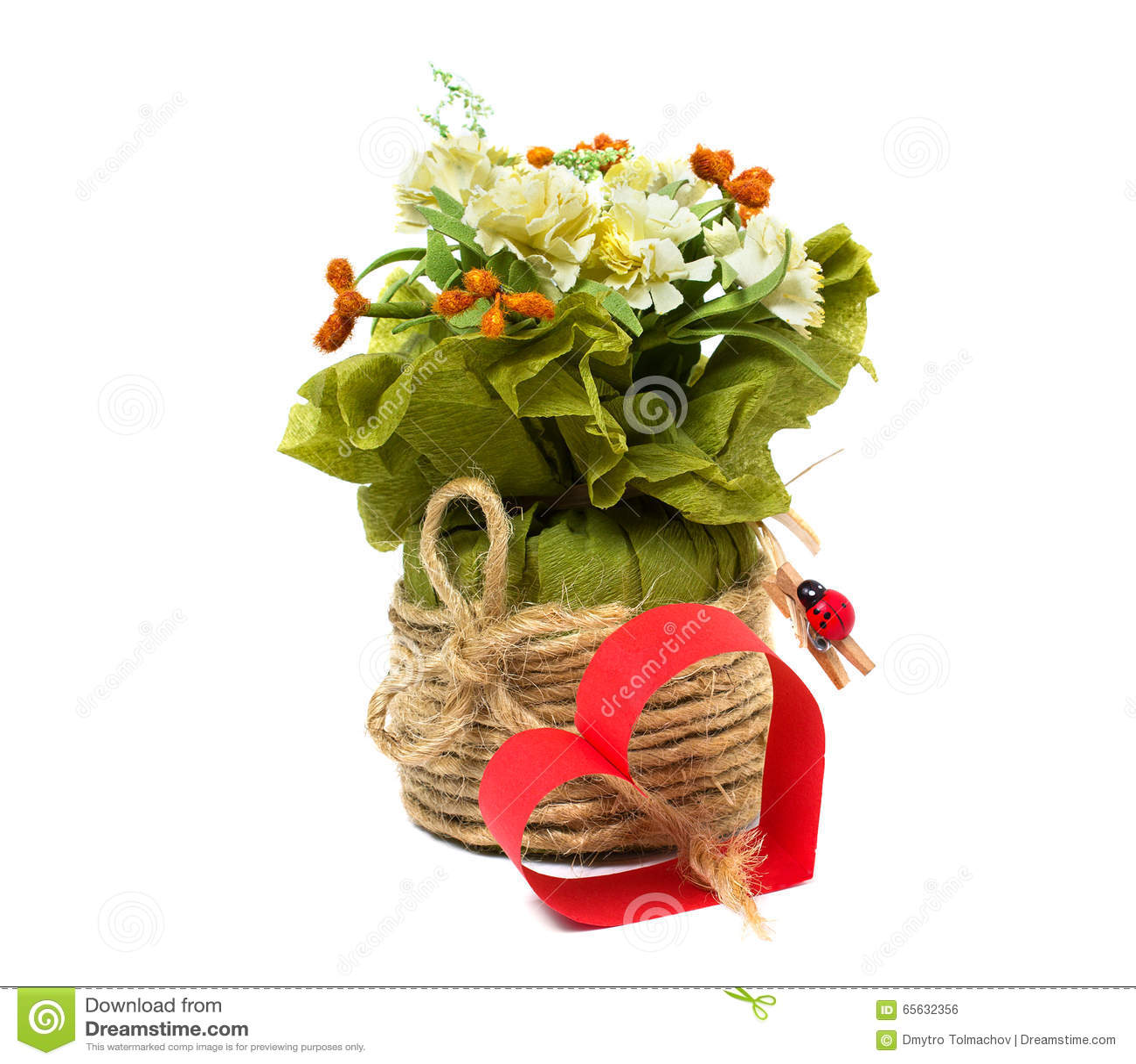 Coeur de papier rouge et un bouquet des fleurs