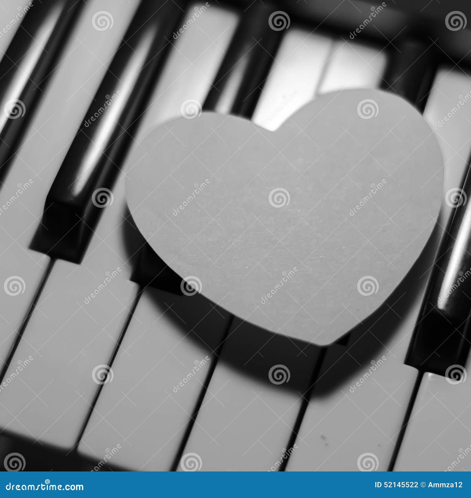 Coeur de papier sur le clavier de piano noir et blanc for Le noir et le blanc