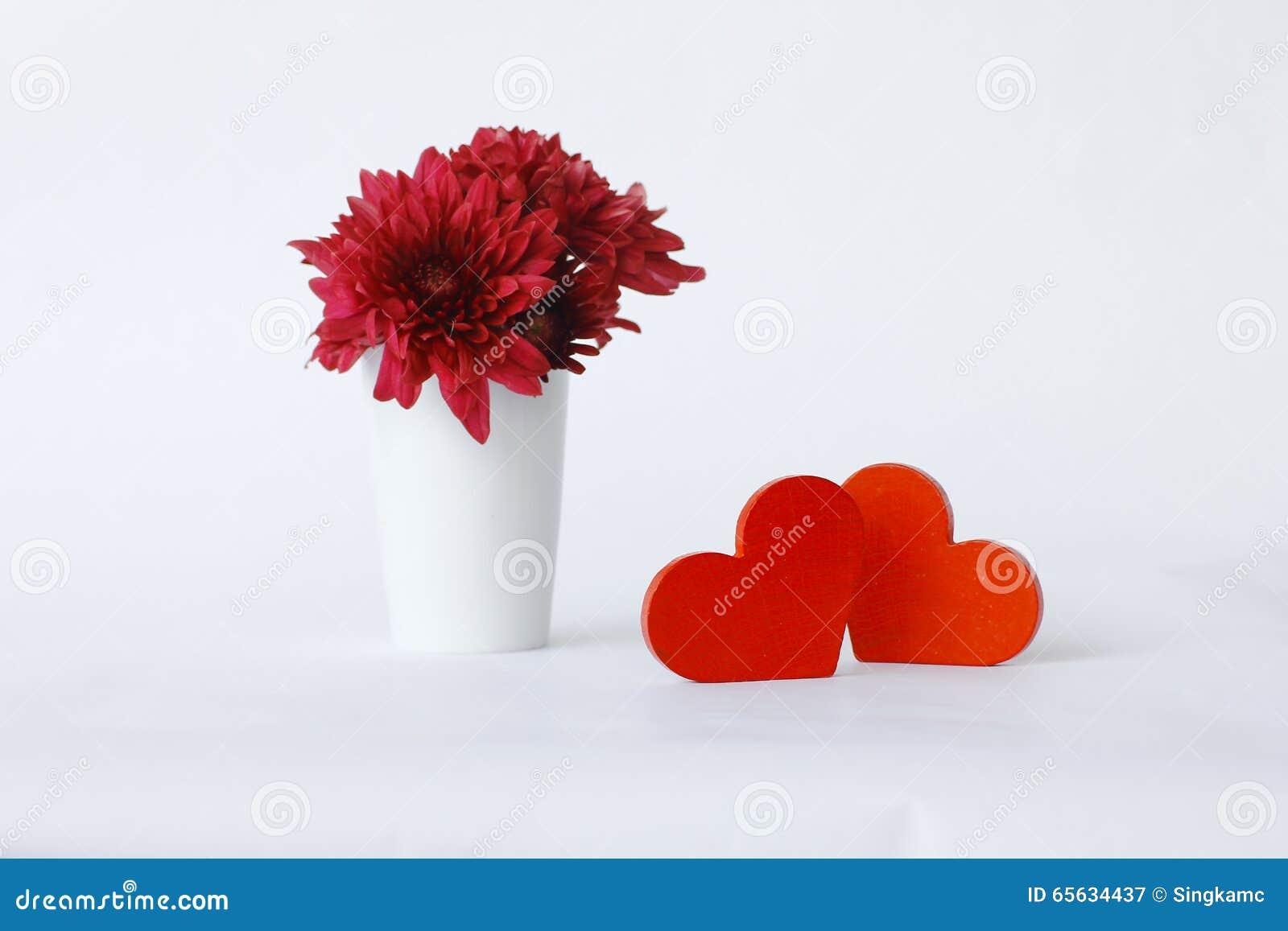 Coeur en bois rouge sur les conseils en bois blancs,
