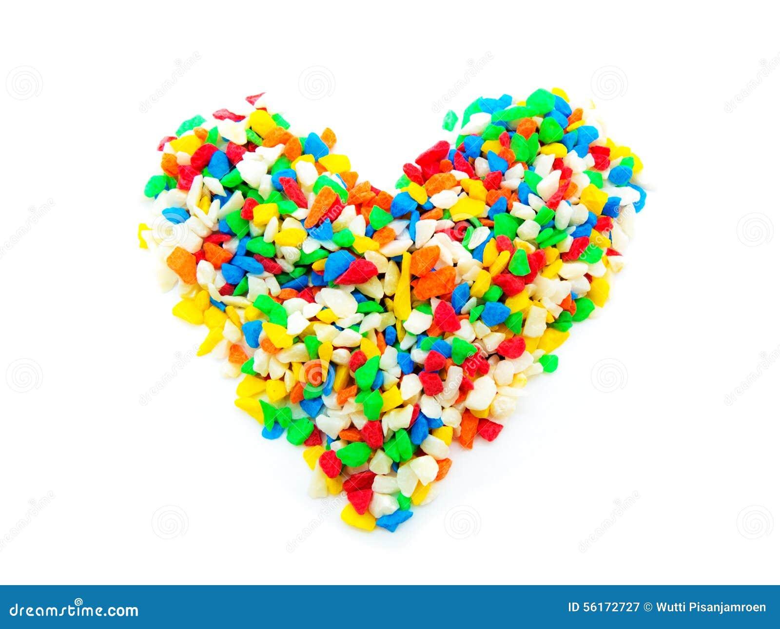 Coeur en pierre coloré sur le fond blanc