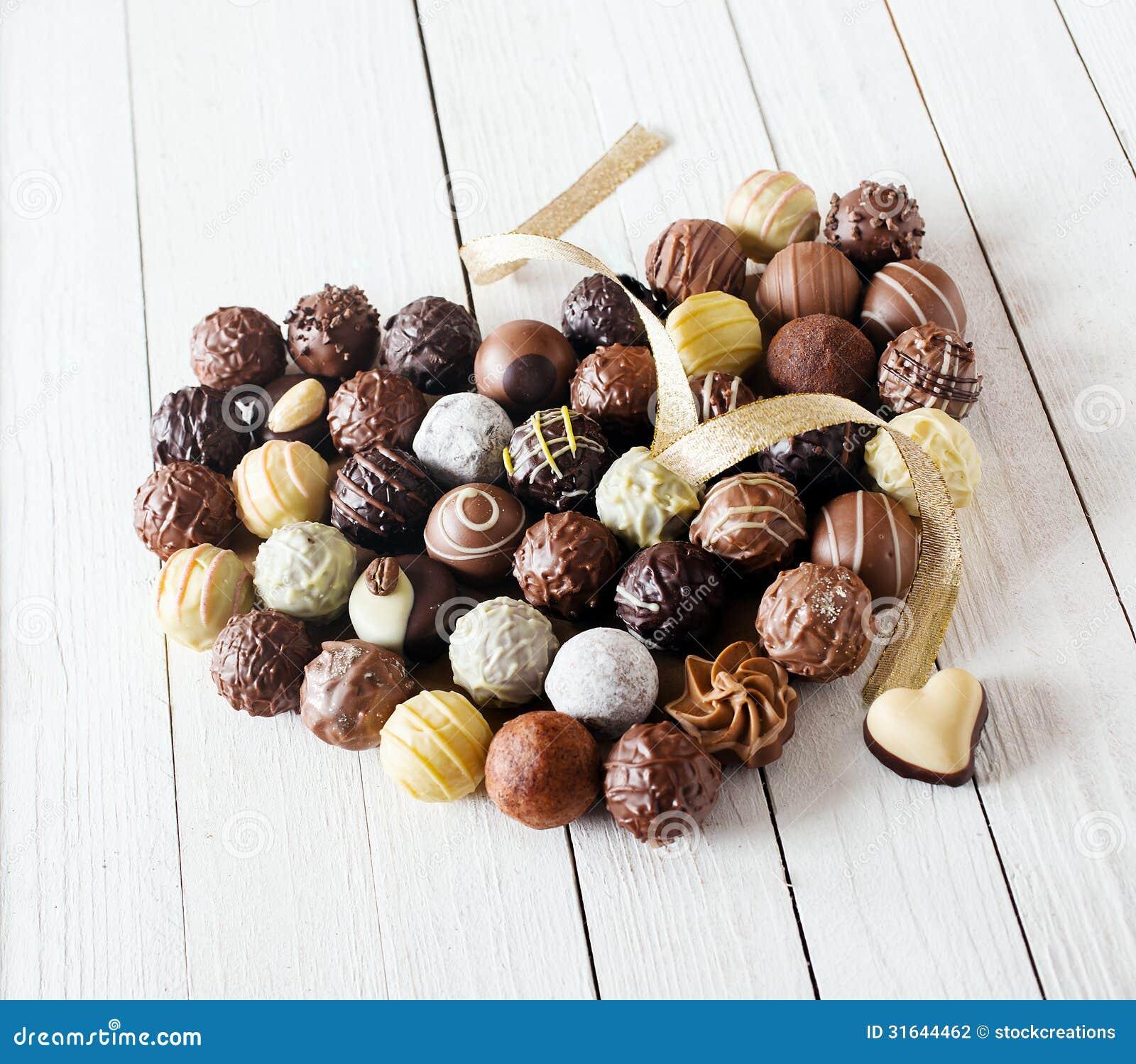 Coeur fait avec des truffes de chocolat avec un ruban - Coeur avec des photos ...