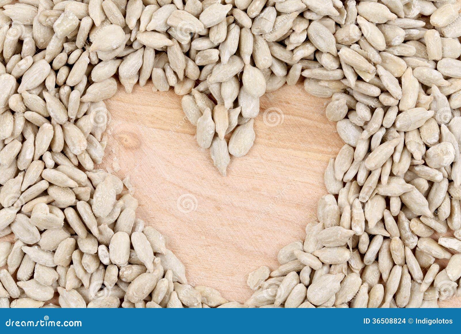 Coeur fait de graines sur la table.