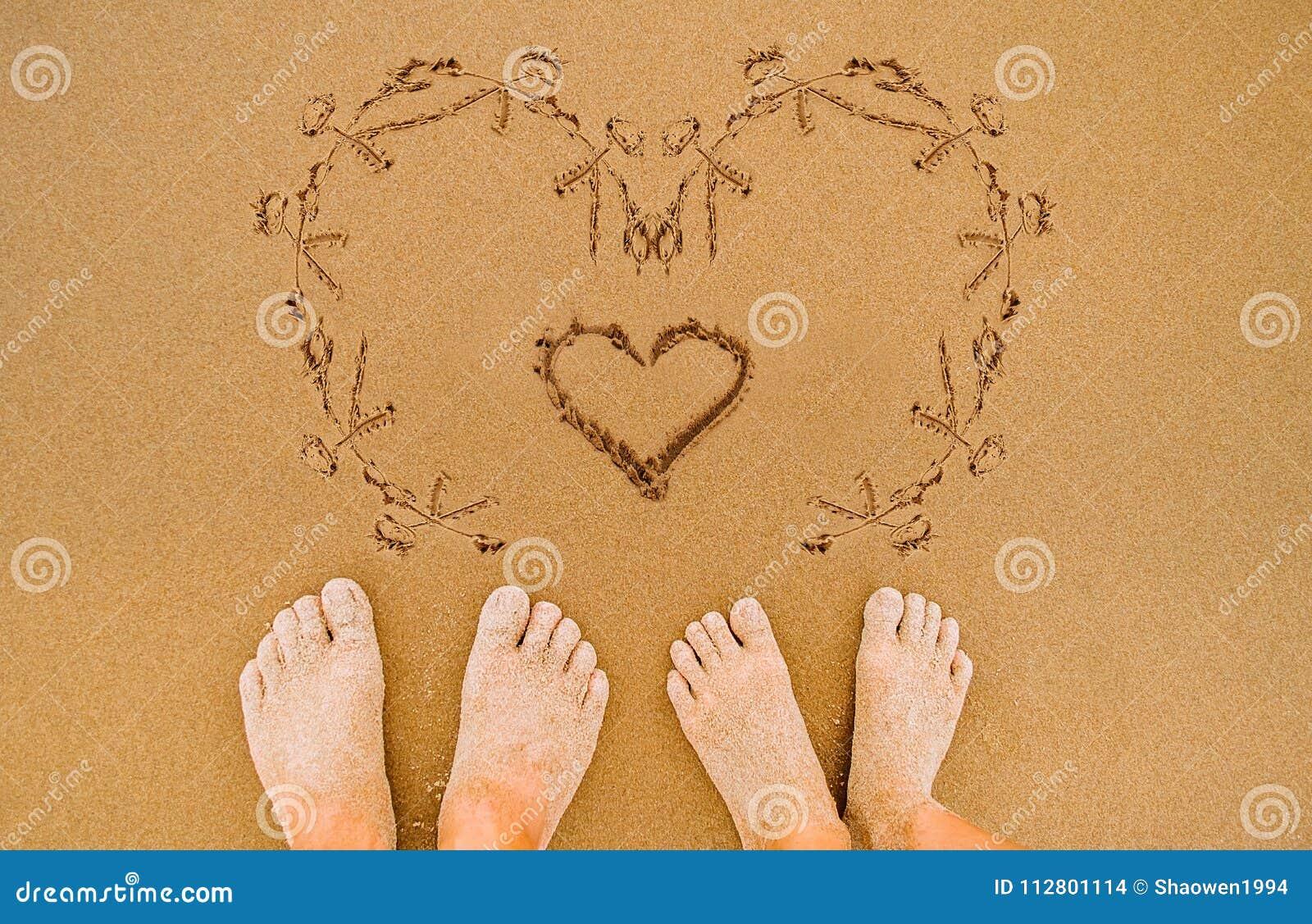 Coeur Romantique De Dessin Damour Sur La Plage Photo Stock