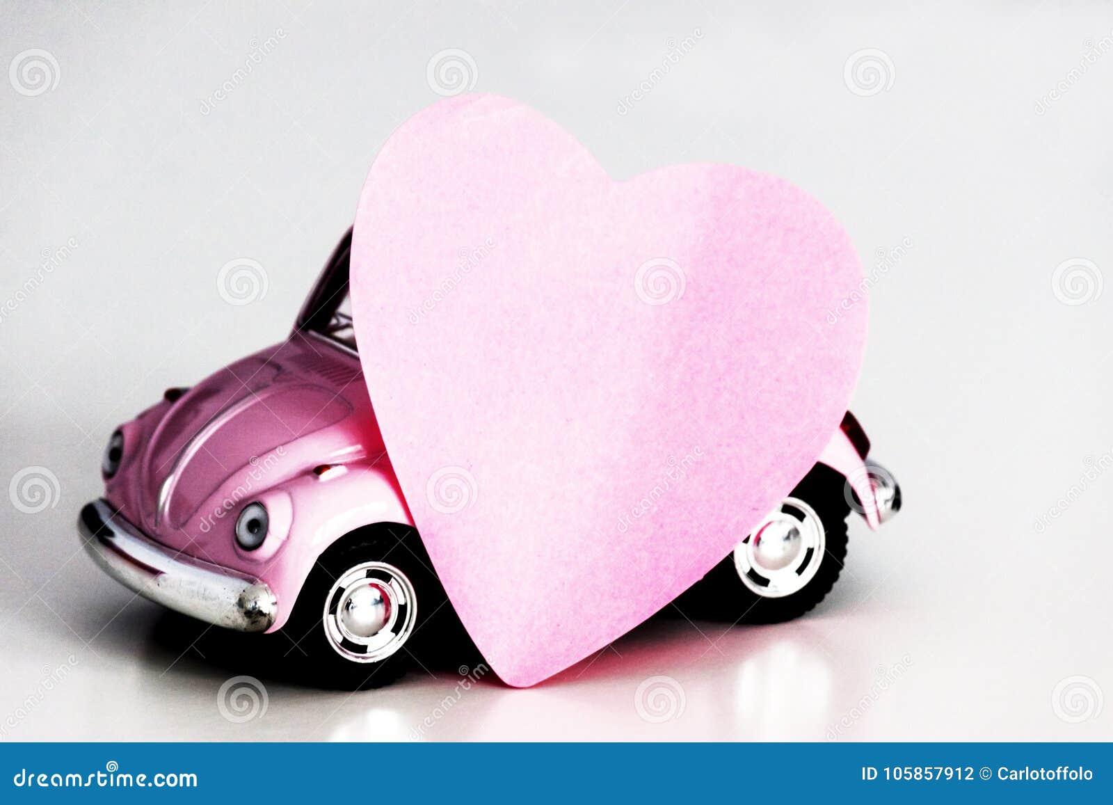 Coeur rose sur la voiture rose de jouet photo stock image du