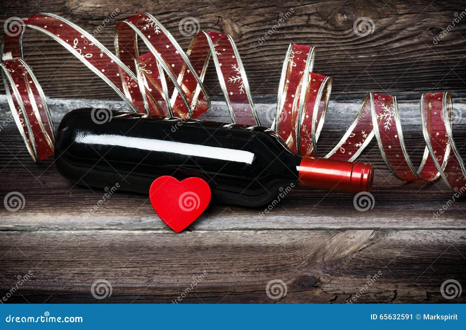 Coeur rouge, bouteille de vin et ruban