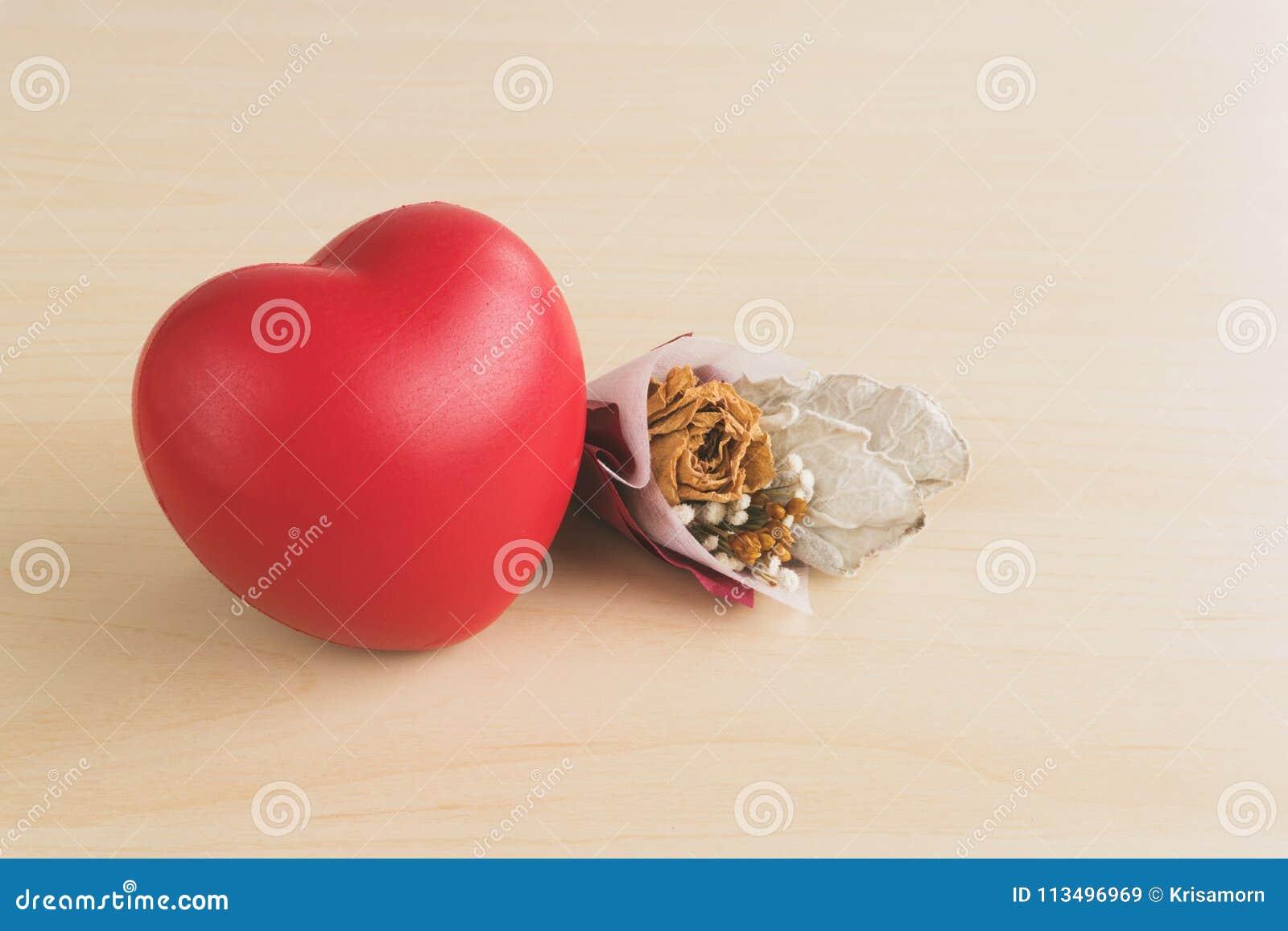 Coeur Rouge D Amour Et Bouquet Sec De Fleur Image Stock Image Du
