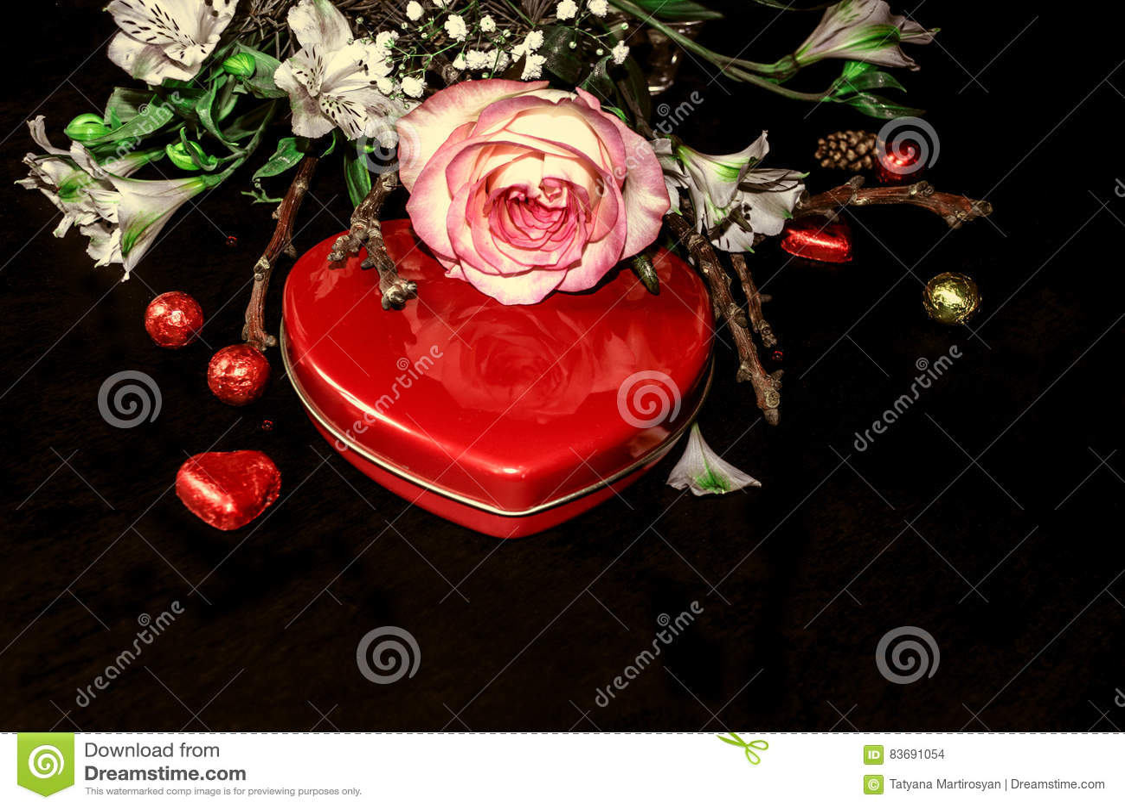 Coeur Rouge De Boite Avec Des Chocolats Et Bouquet Des Fleurs