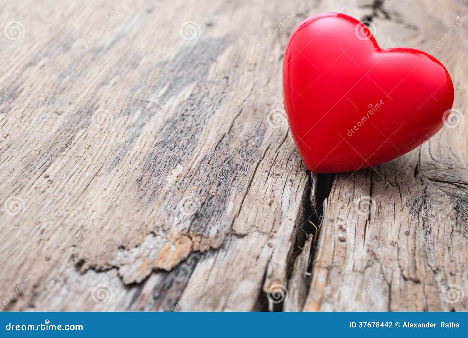 Coeur rouge en fente de planche en bois