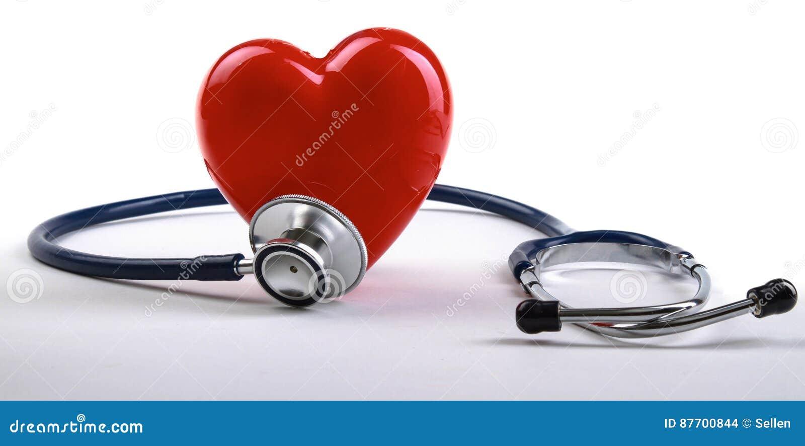 Coeur rouge et un stéthoscope sur le bureau