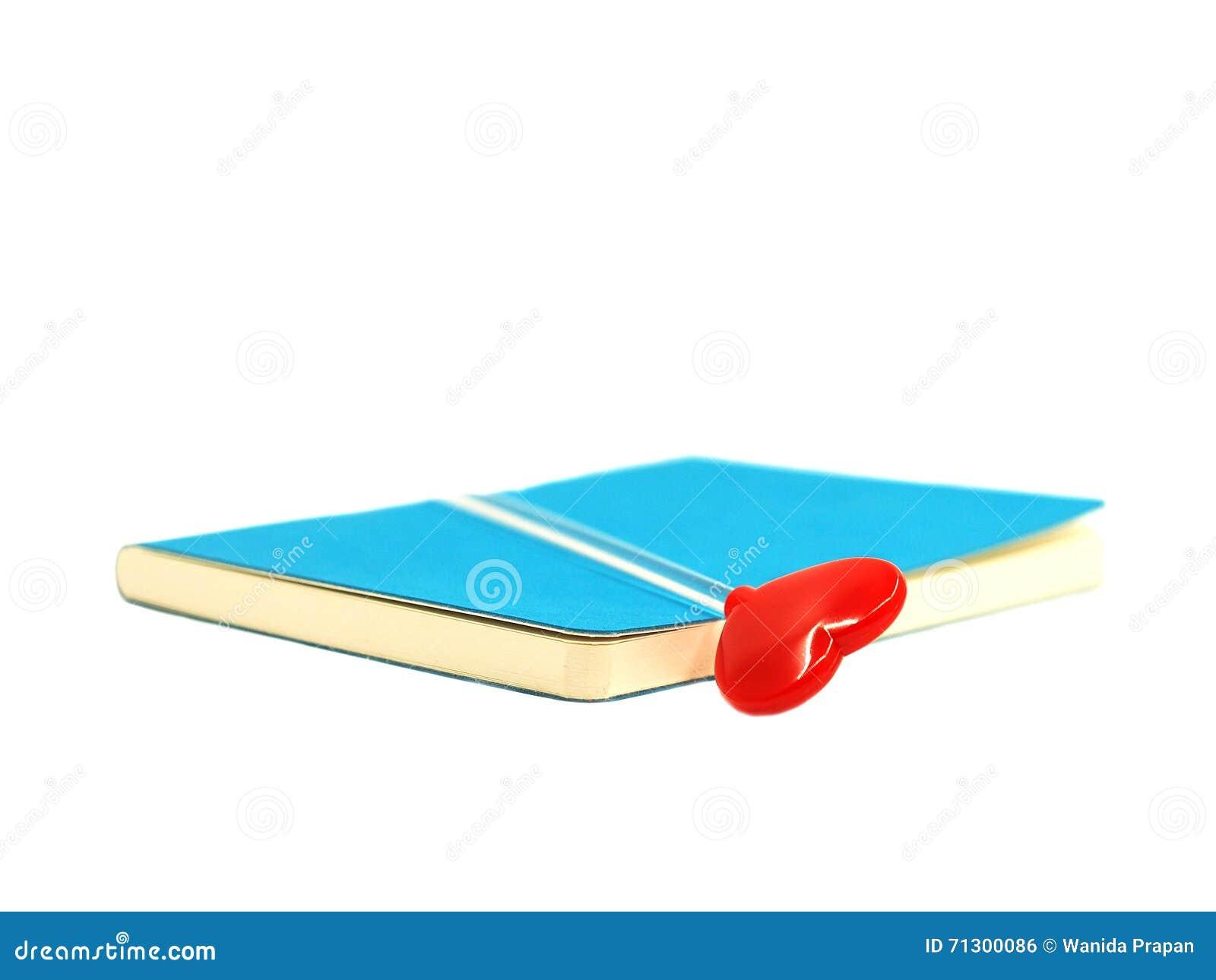 Coeur Rouge Sur Le Livre Bleu Ouvert D Isolement Sur Le Fond