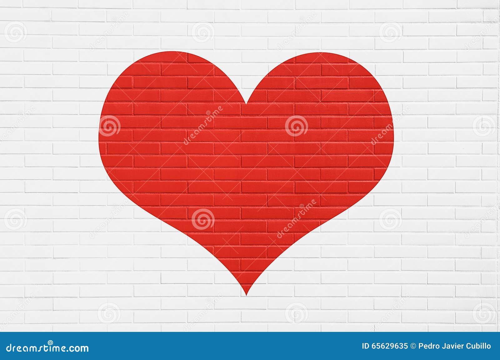 Coeur rouge sur un mur de briques blanc Concept d amour